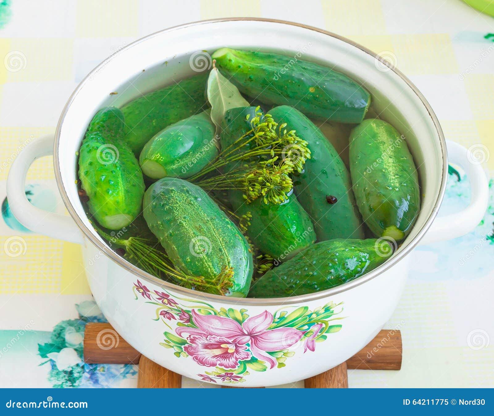 Pepinos salados en un cazo