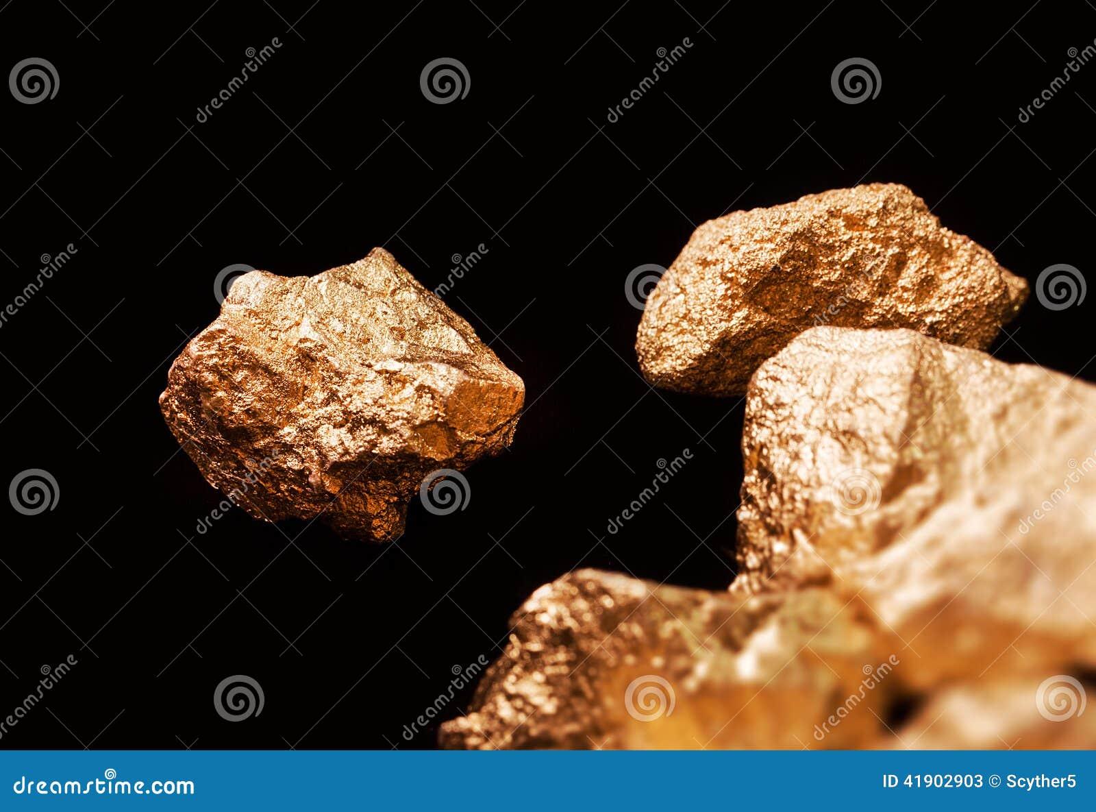 Pepitas de oro en fondo negro