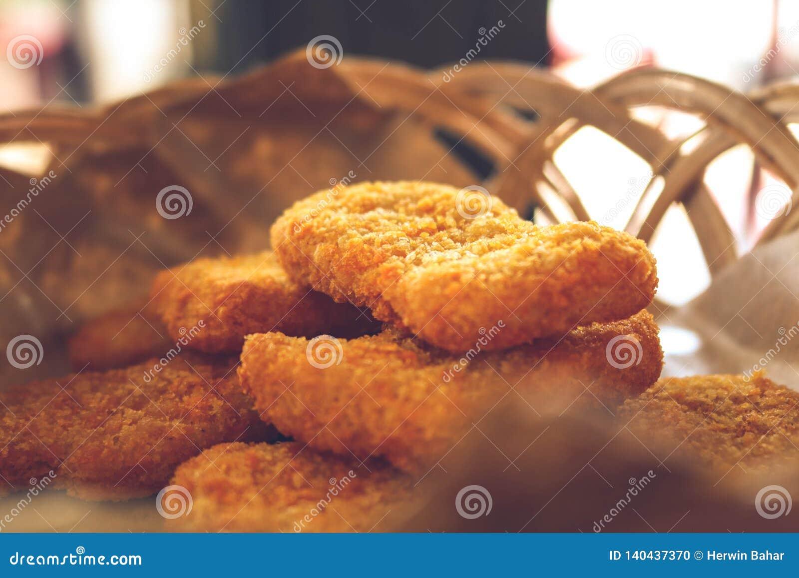 Pepitas de pollo almacenadas en una pequeña cesta