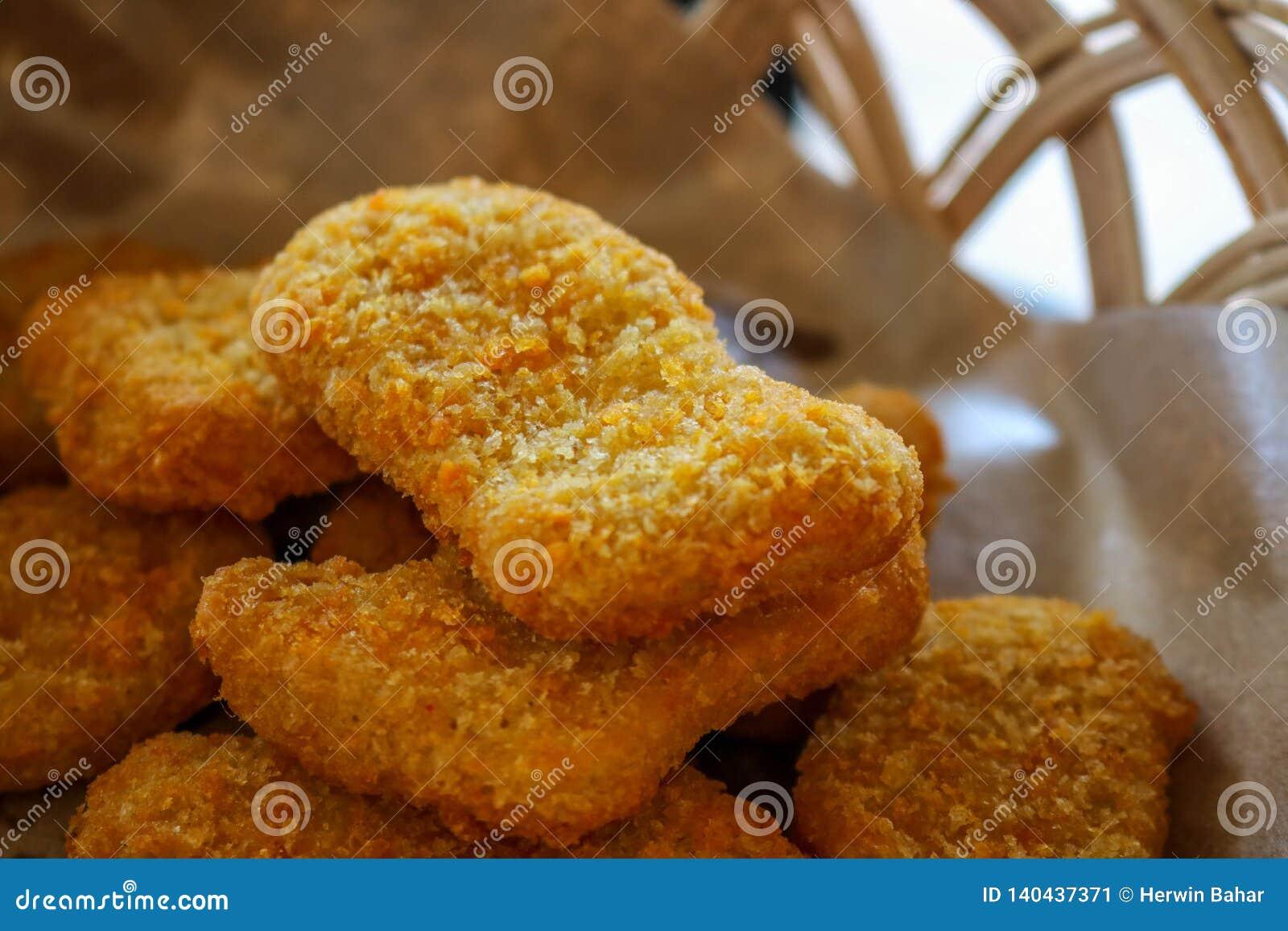 Pepite di pollo immagazzinate in un piccolo canestro