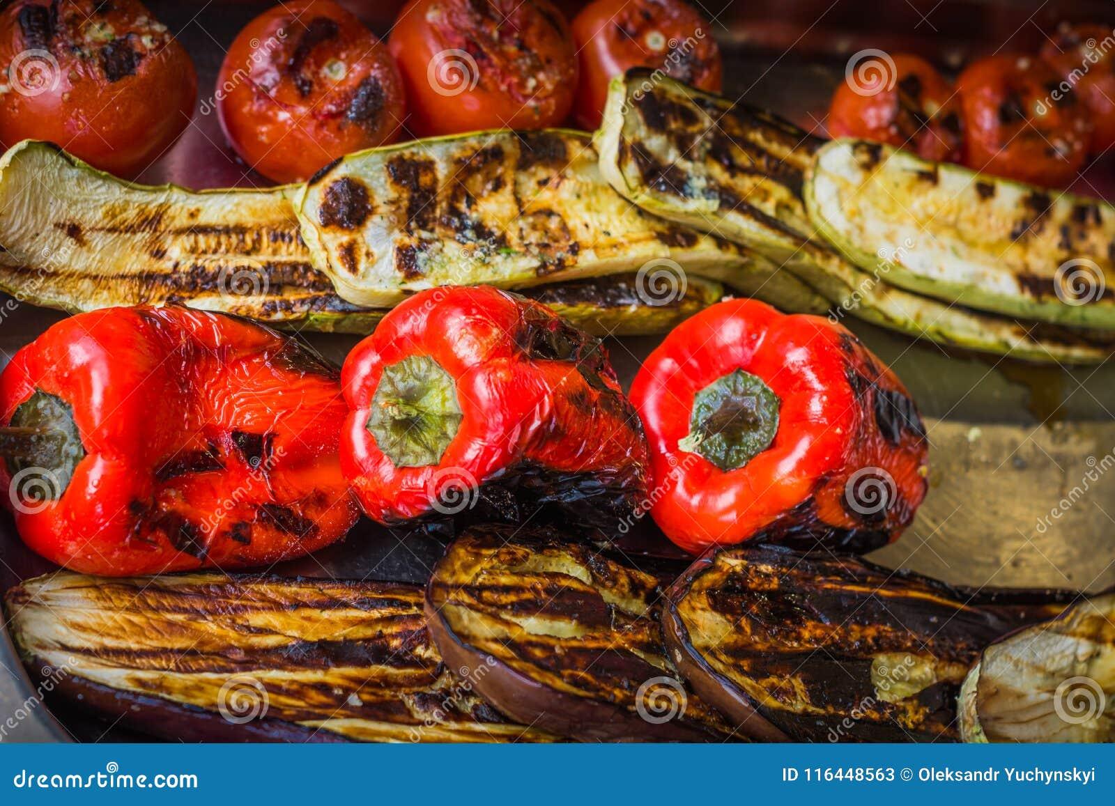 Peppar, aubergine, tomater och zucchini som grillas och bränns litet