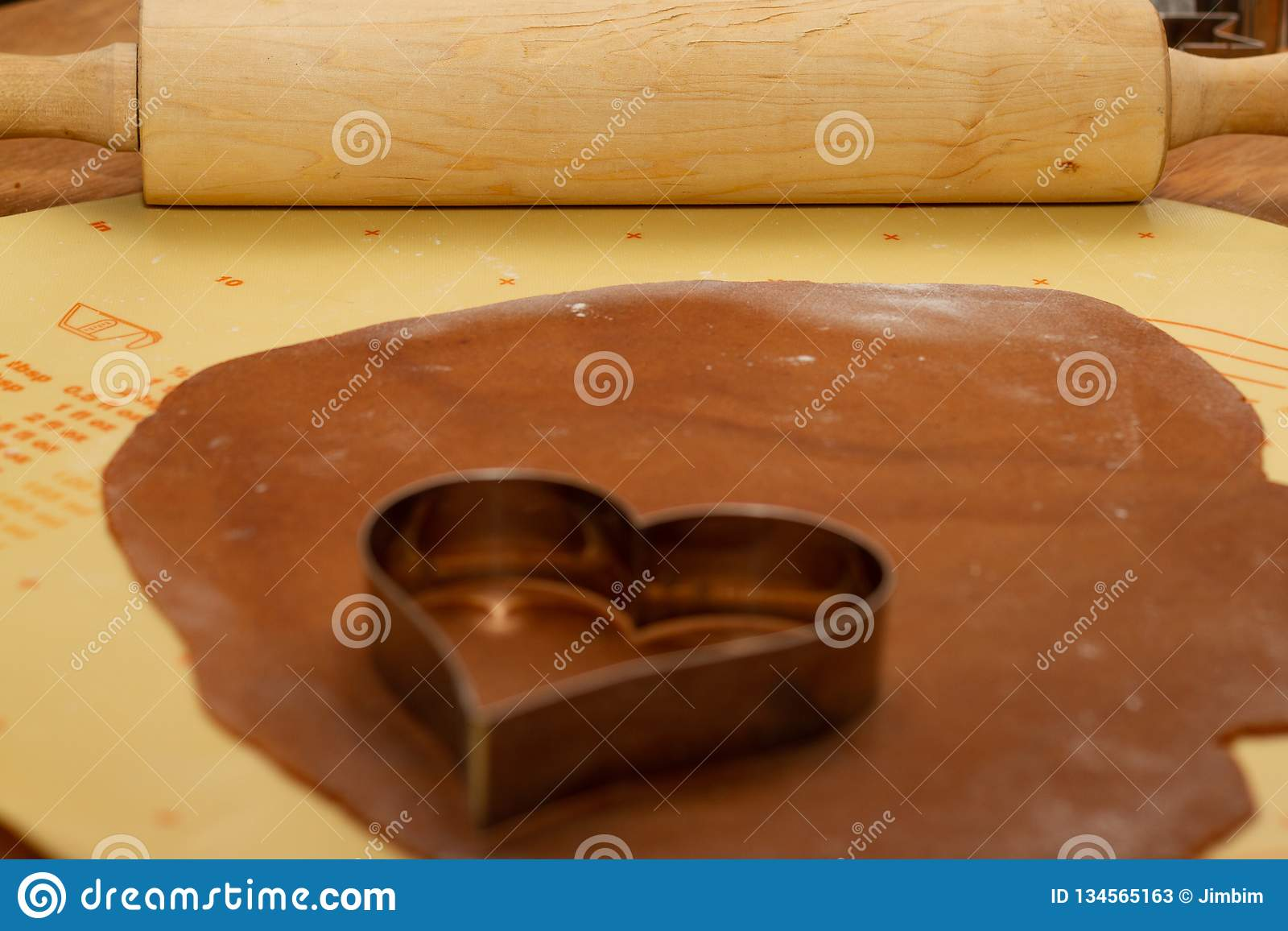Pepparkakabakelse med denformade bitande formen