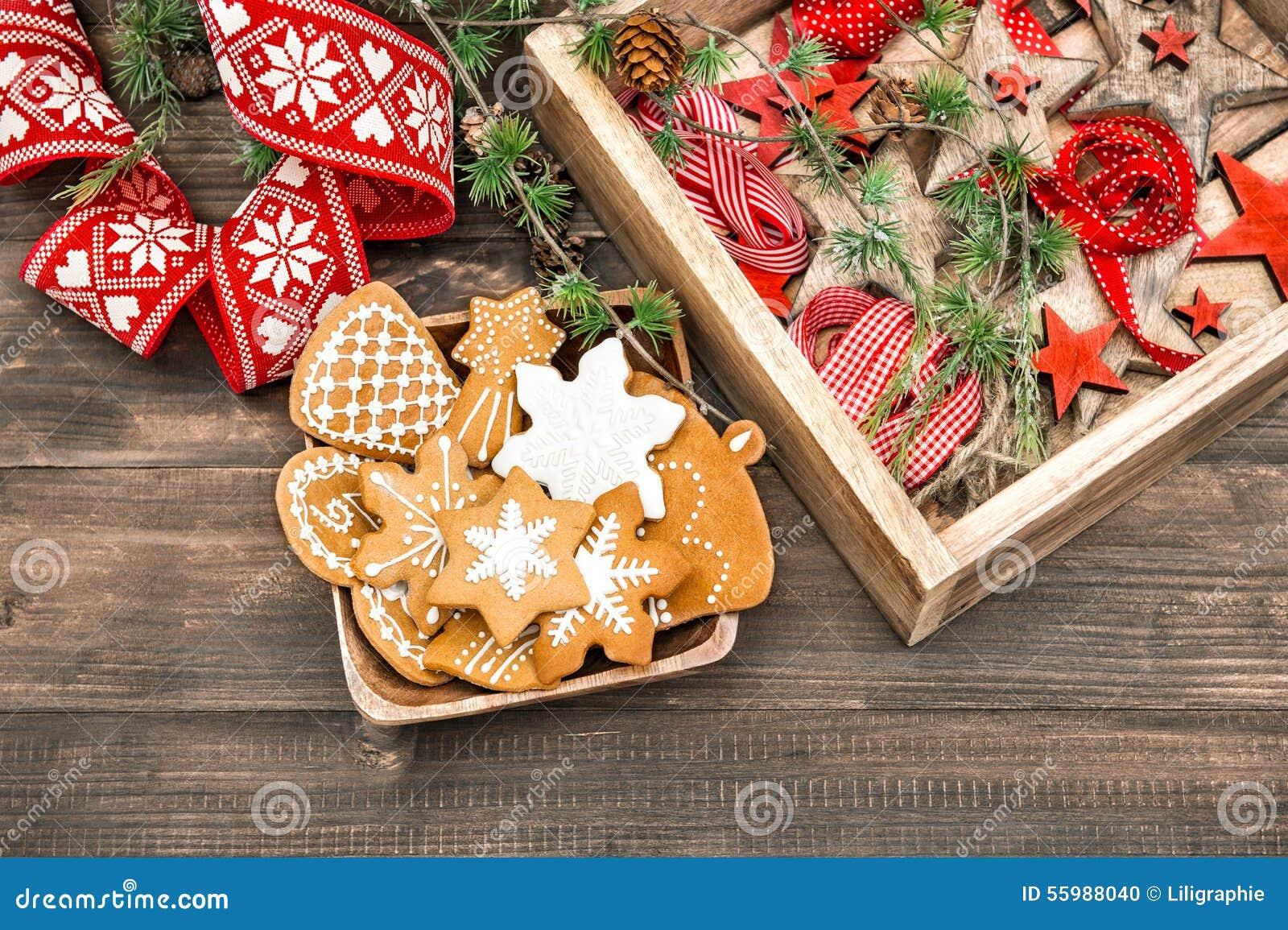 Pepparkakakakor och julprydnader Hem- garnering