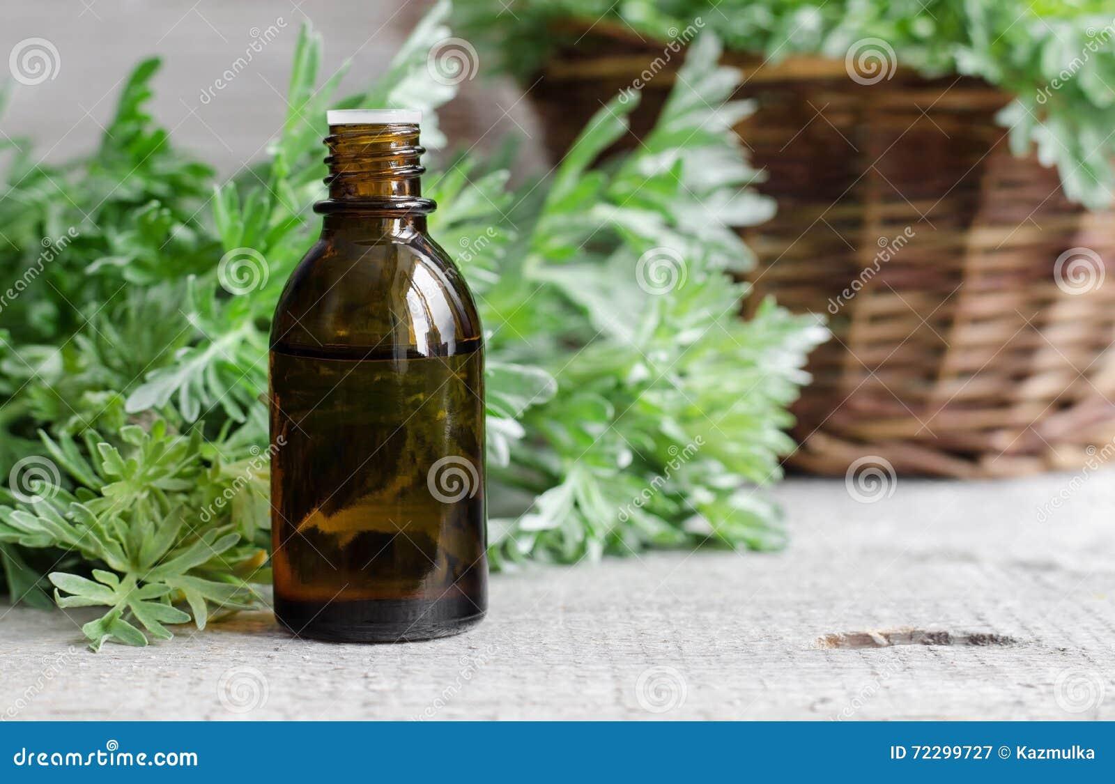 Pequeña botella de aceite de ajenjo esencial