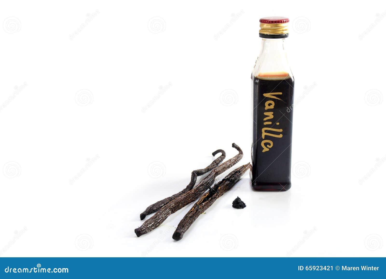 Pequeña botella de extracto de vainilla hecho en casa y de tres habas de vainilla