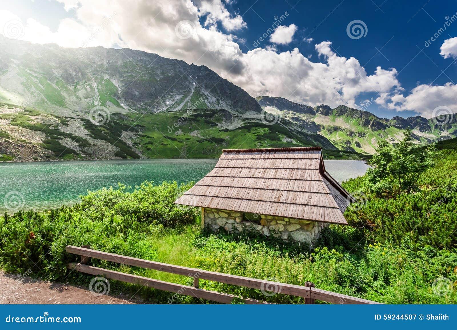 Download Pequeña Cabaña De La Montaña Por El Lago Imagen de archivo - Imagen de roca, valle: 59244507