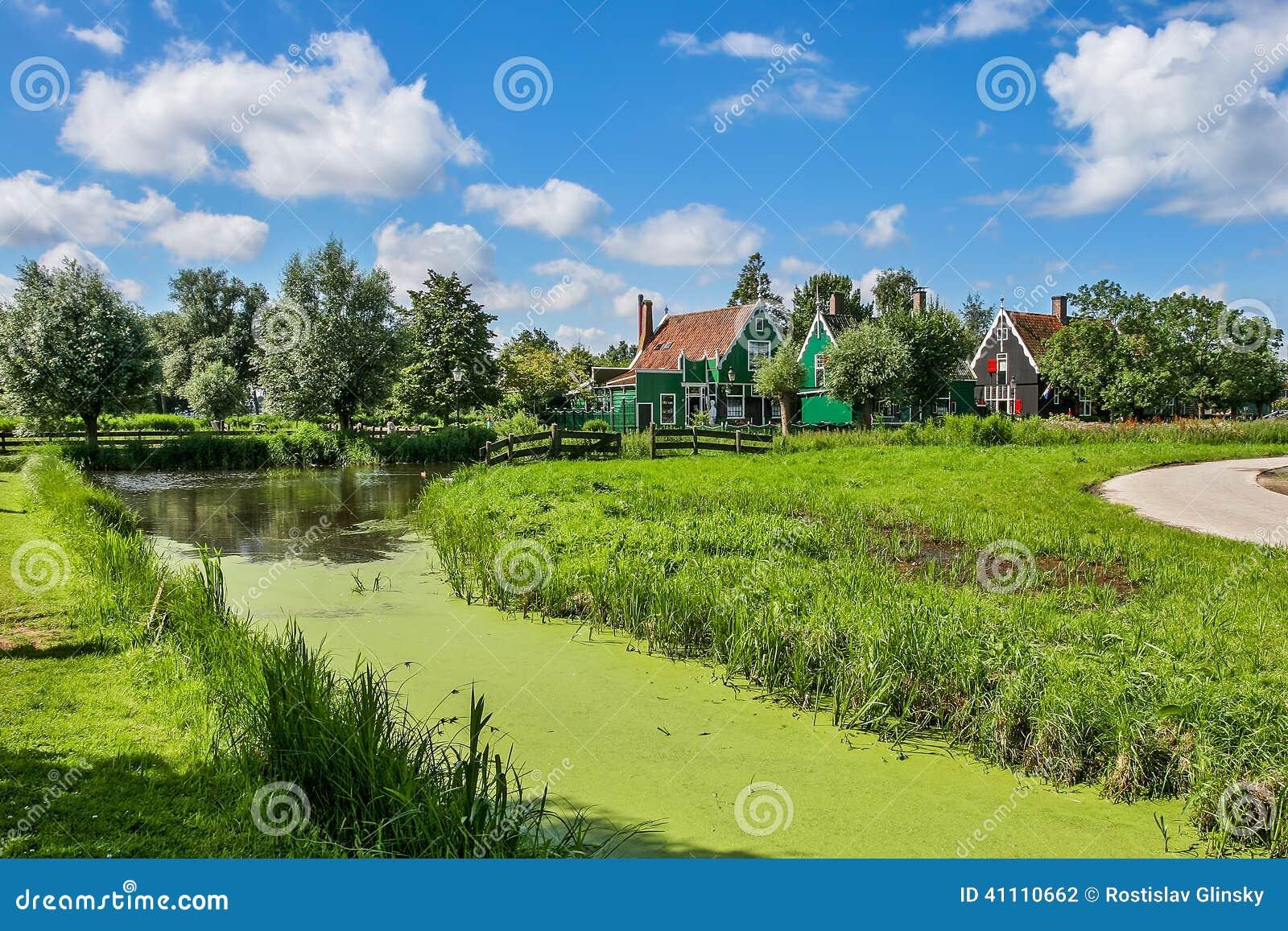 Pequeña cala y casas rurales en Zaanse Schans, Países Bajos