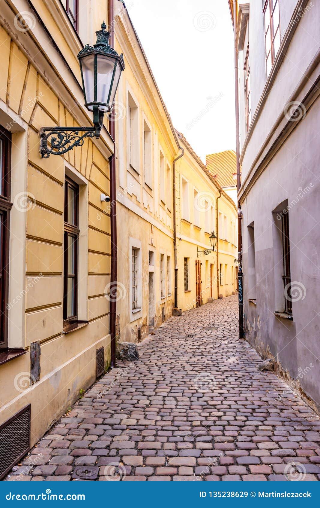 Pequeña calle de la ciudad en el centro de Praga, República Checa