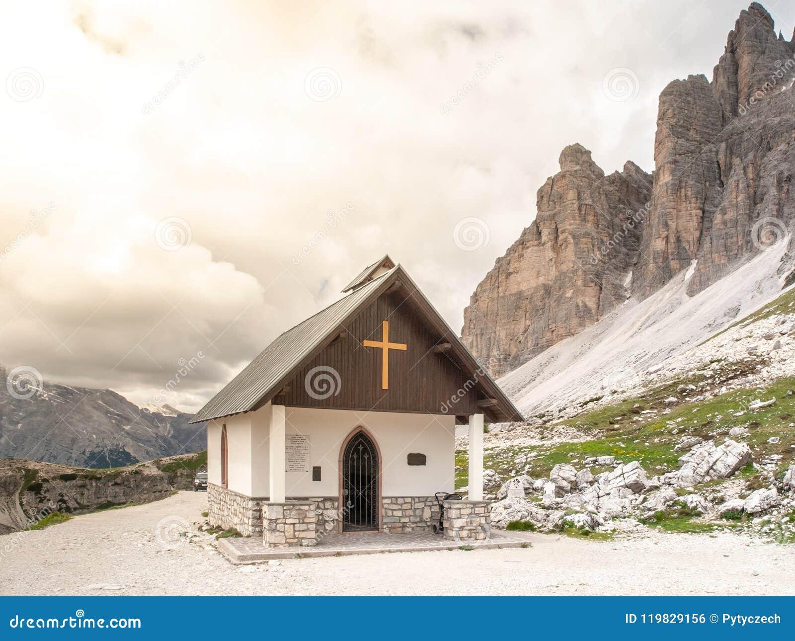 Pequeña capilla de la montaña, degli Alpini de Cappella, en Tre Cime di Lavaredo, dolomías, Italia