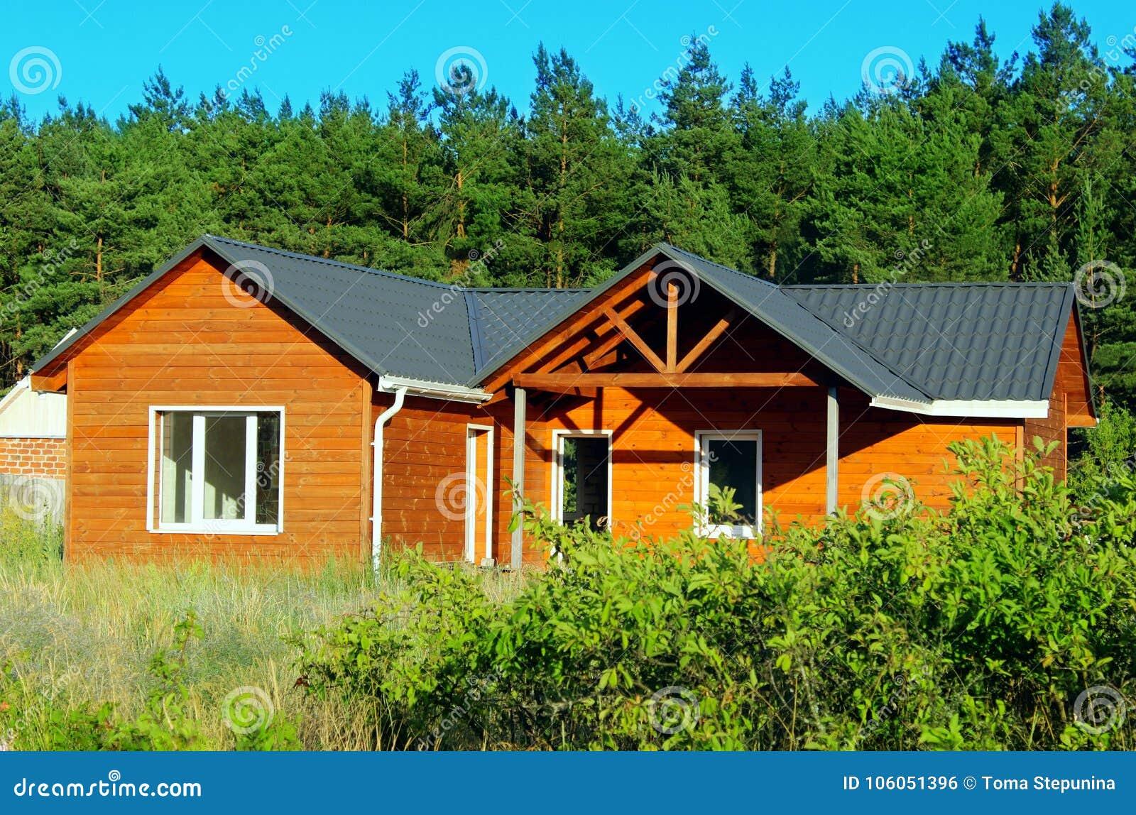 Pequeña casa de madera foto de archivo. Imagen de nadie - 106051396