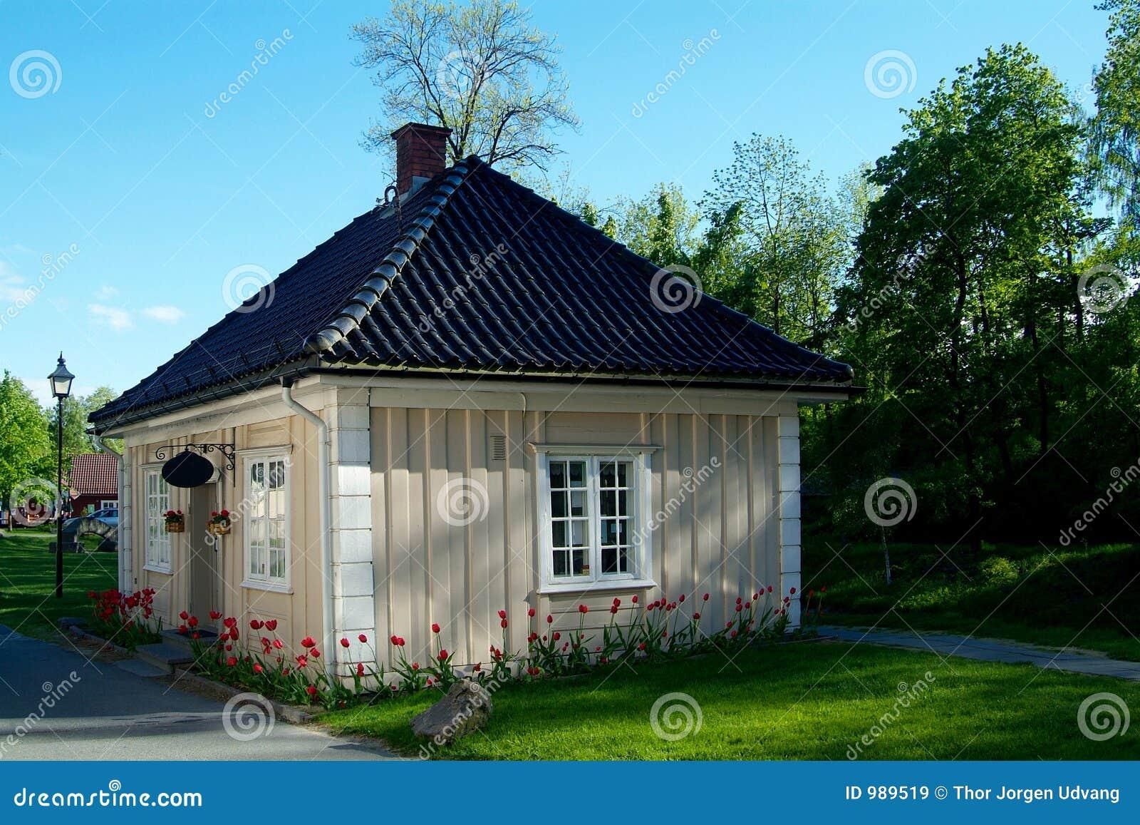 Peque a casa de madera im genes de archivo libres de - Casa pequena de madera ...