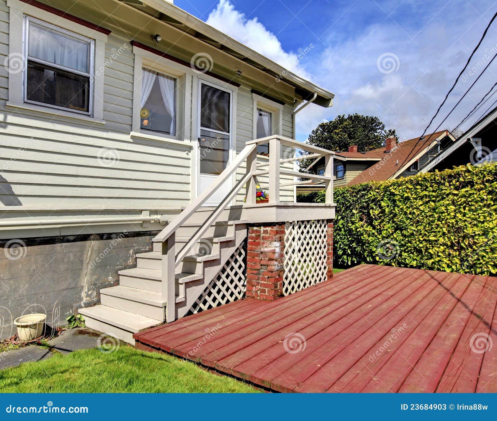 Pequeña Casa Gris Con La Escalera A La Cubierta Del Patio