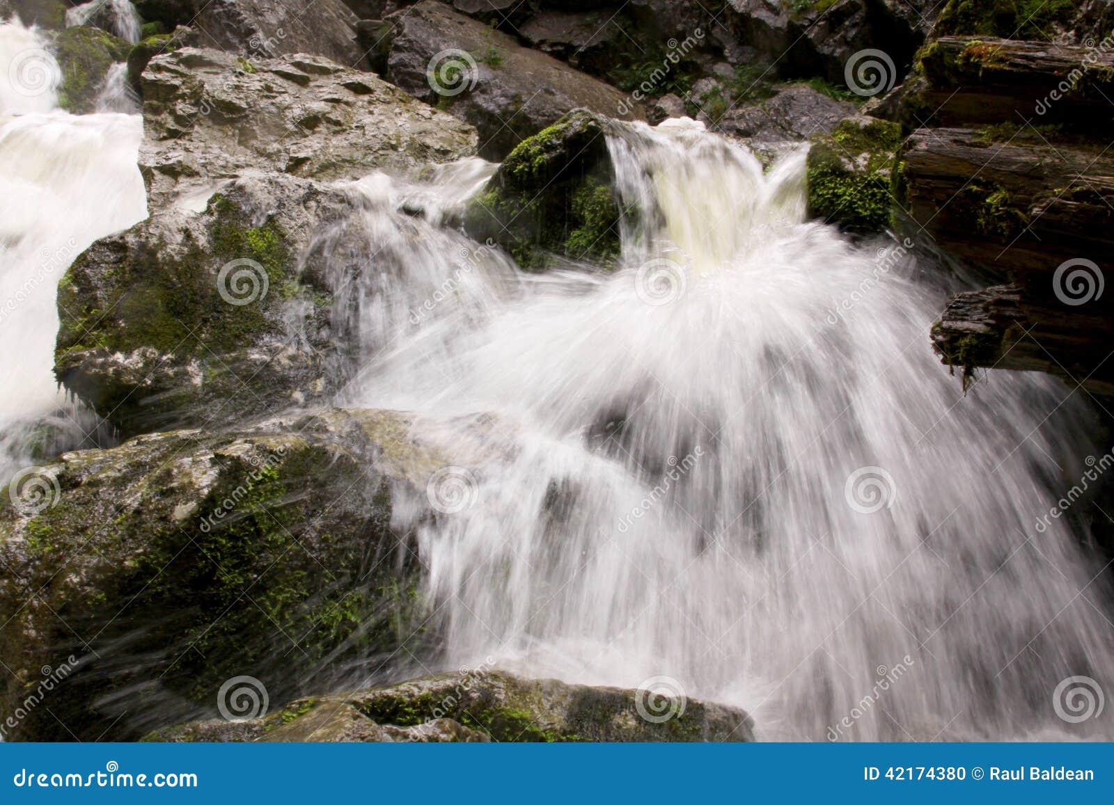 Pequeña cascada en la cama de río 03