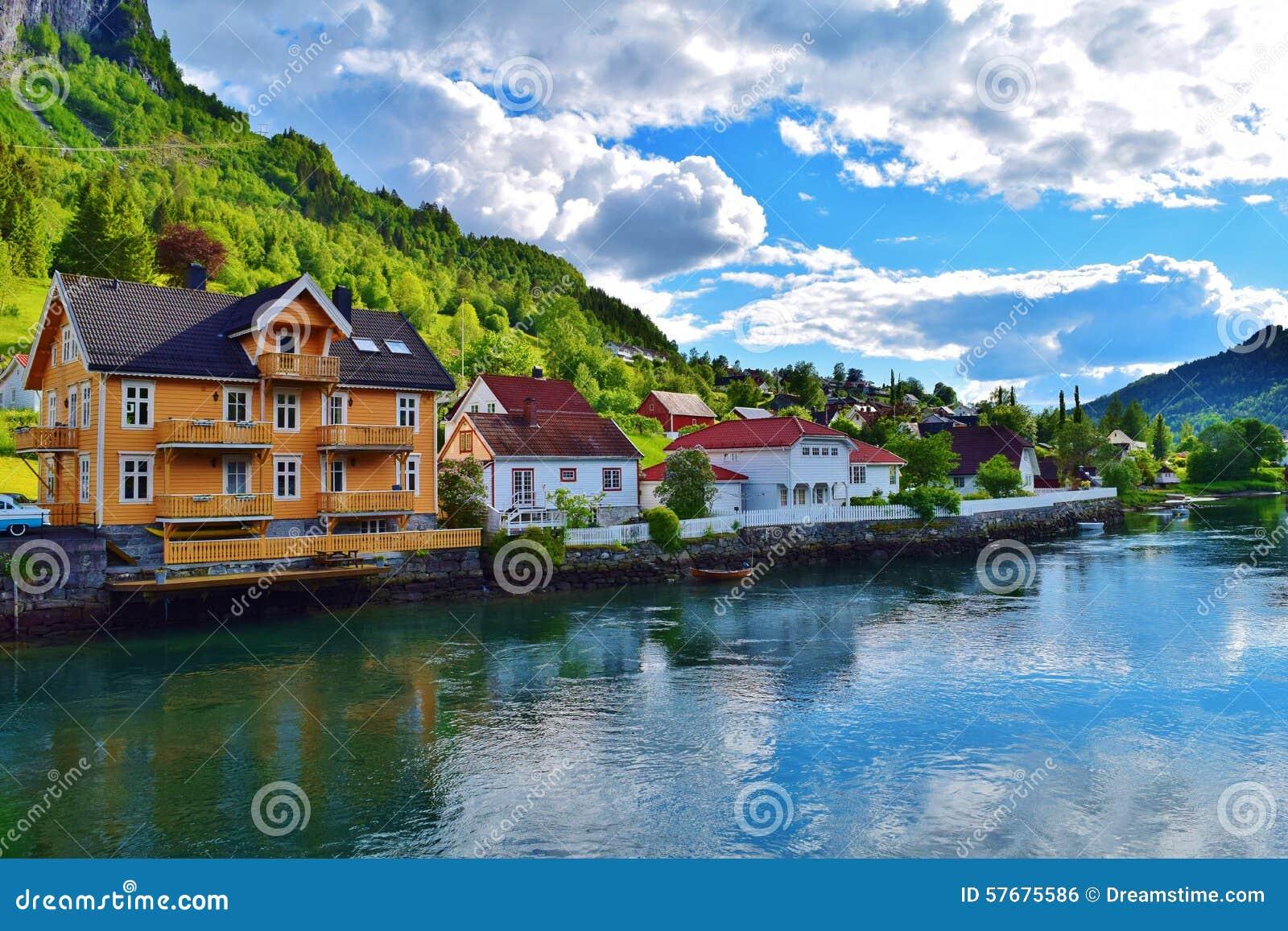 Pequeña ciudad idílica Stryn en Noruega