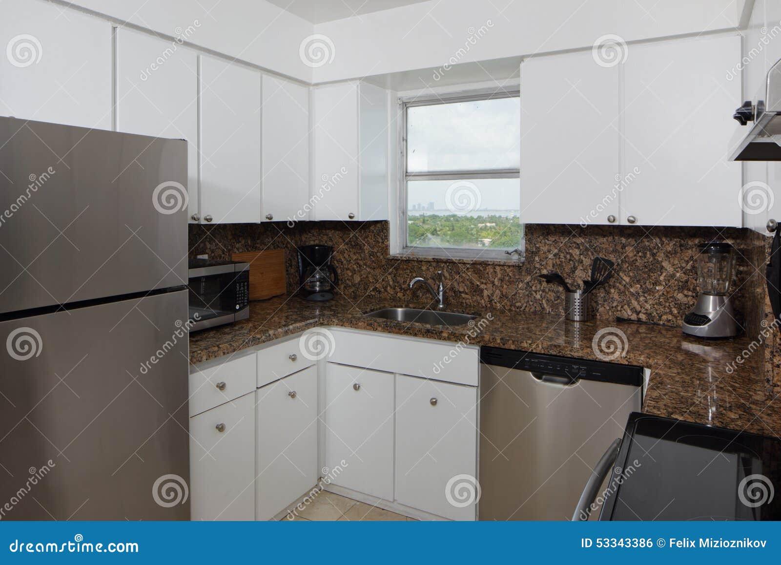 Pequeña cocina moderna foto de archivo. Imagen de existencias - 53343386