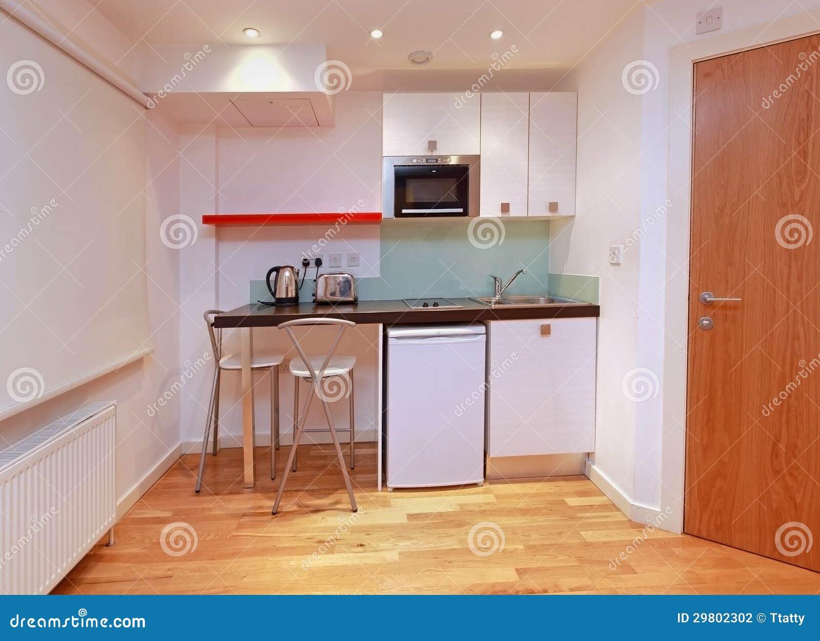 Pequeña cocina moderna foto de archivo. Imagen de grifo - 29802302