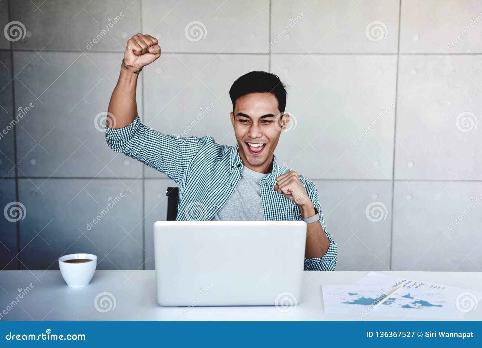Pequeña empresa y concepto acertado Hombre de negocios asiático joven Glad para recibir buenas noticias o altos beneficios