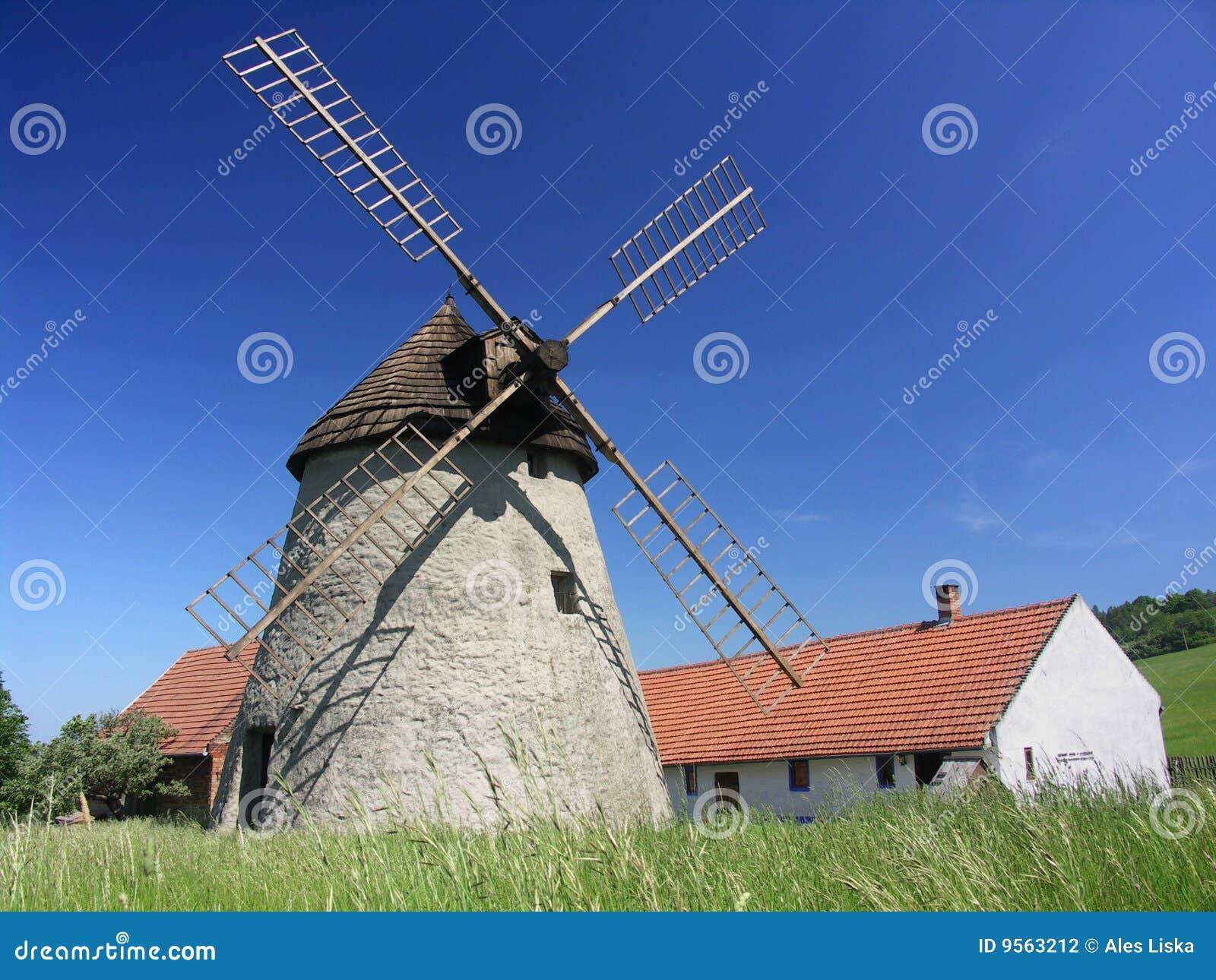 Pequeña granja con el molino de viento