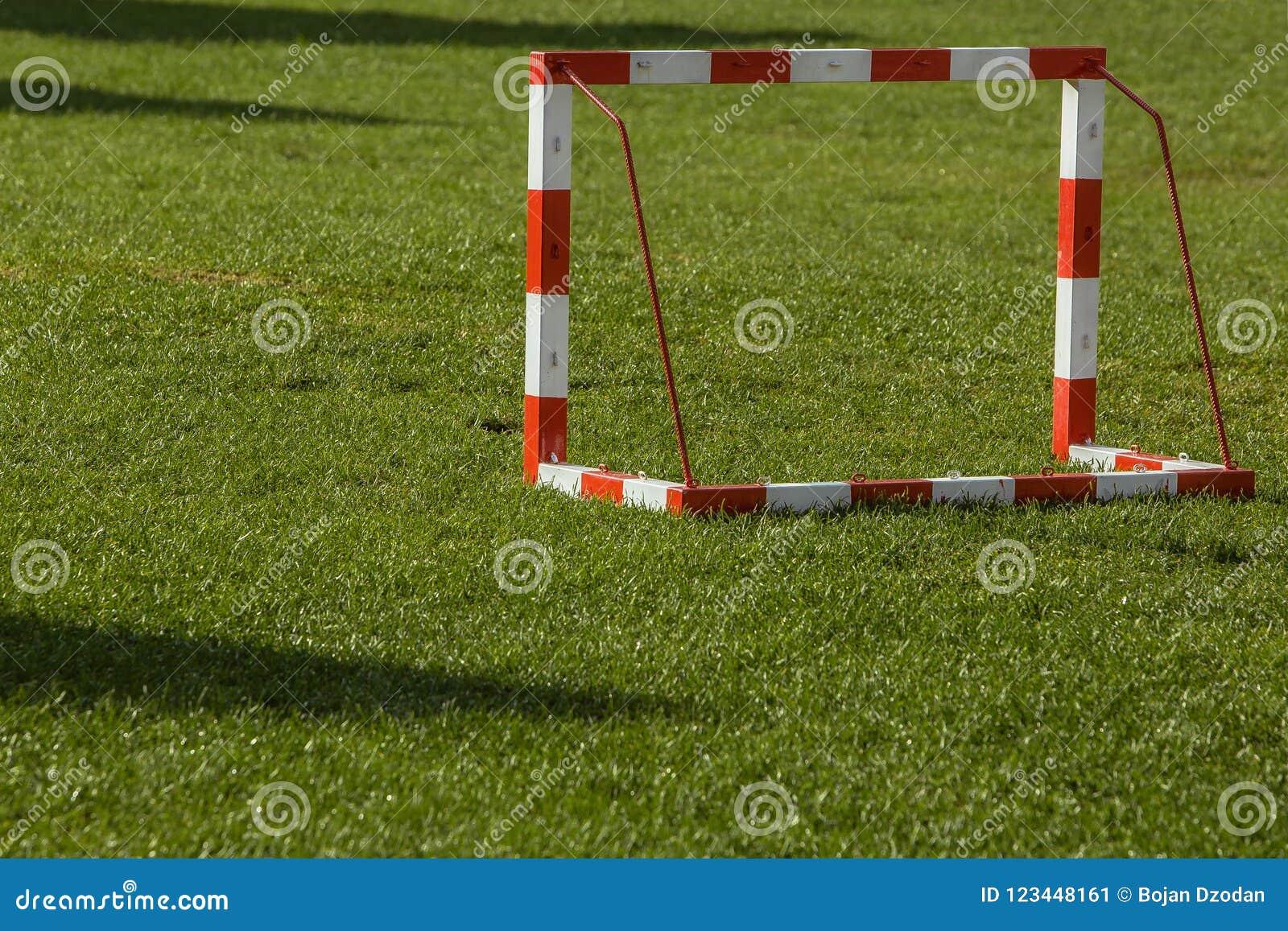 Pequeña meta del fútbol en un campo abierto