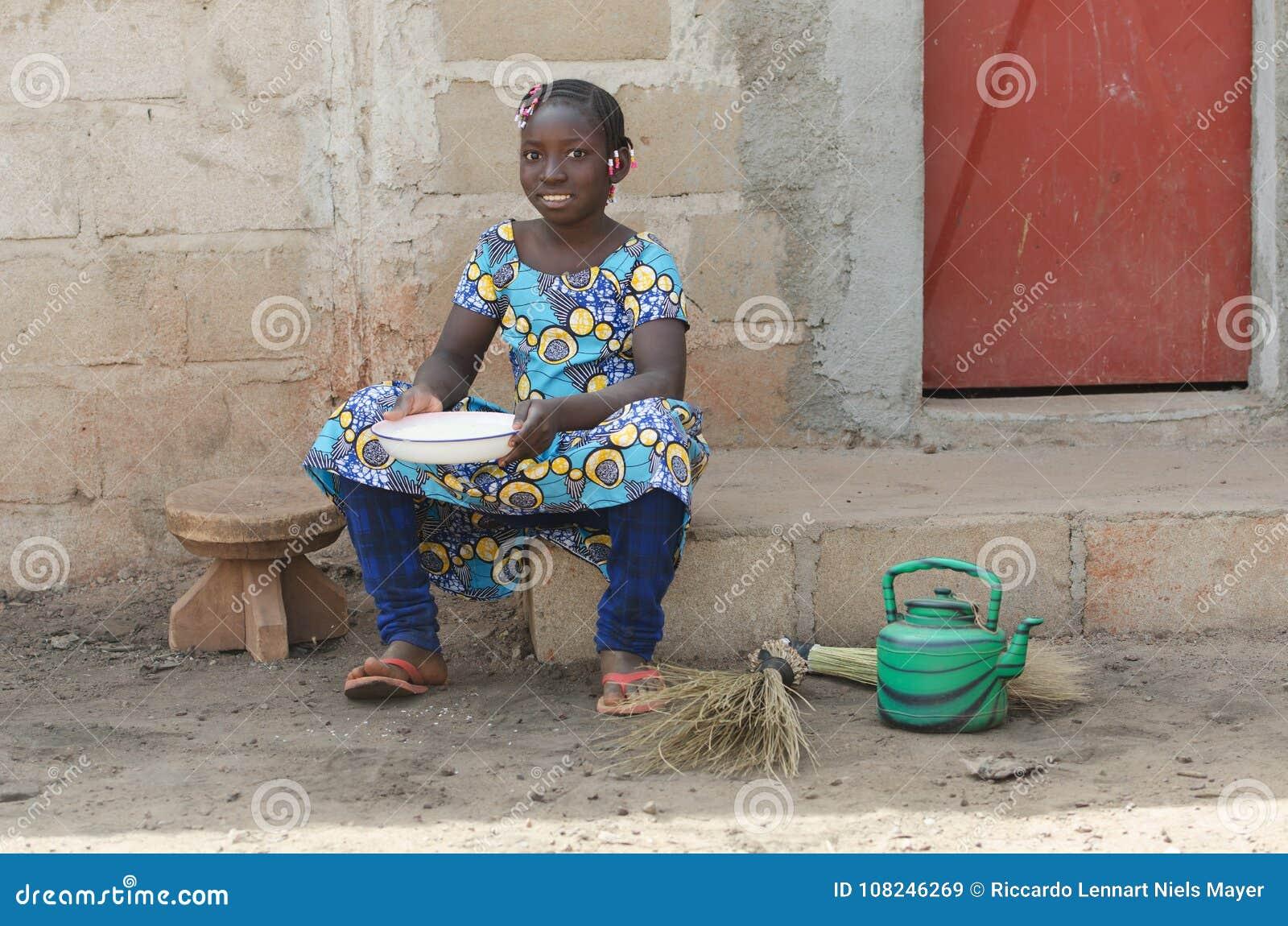 Pequeña Muchacha Africana Que Cocina El Arroz Al Aire Libre Que ...