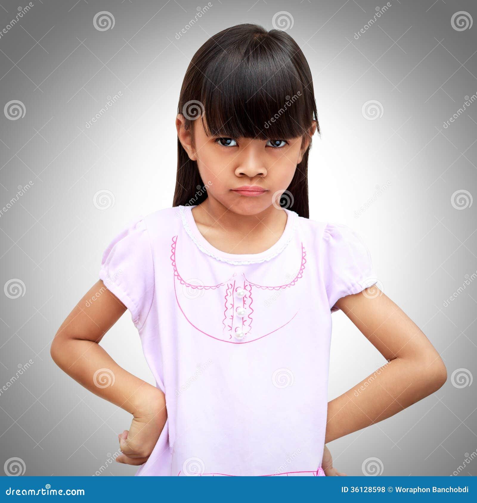 Pequeña muchacha asiática enojada