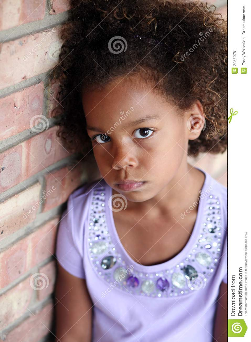 Pequeña muchacha triste del african-american