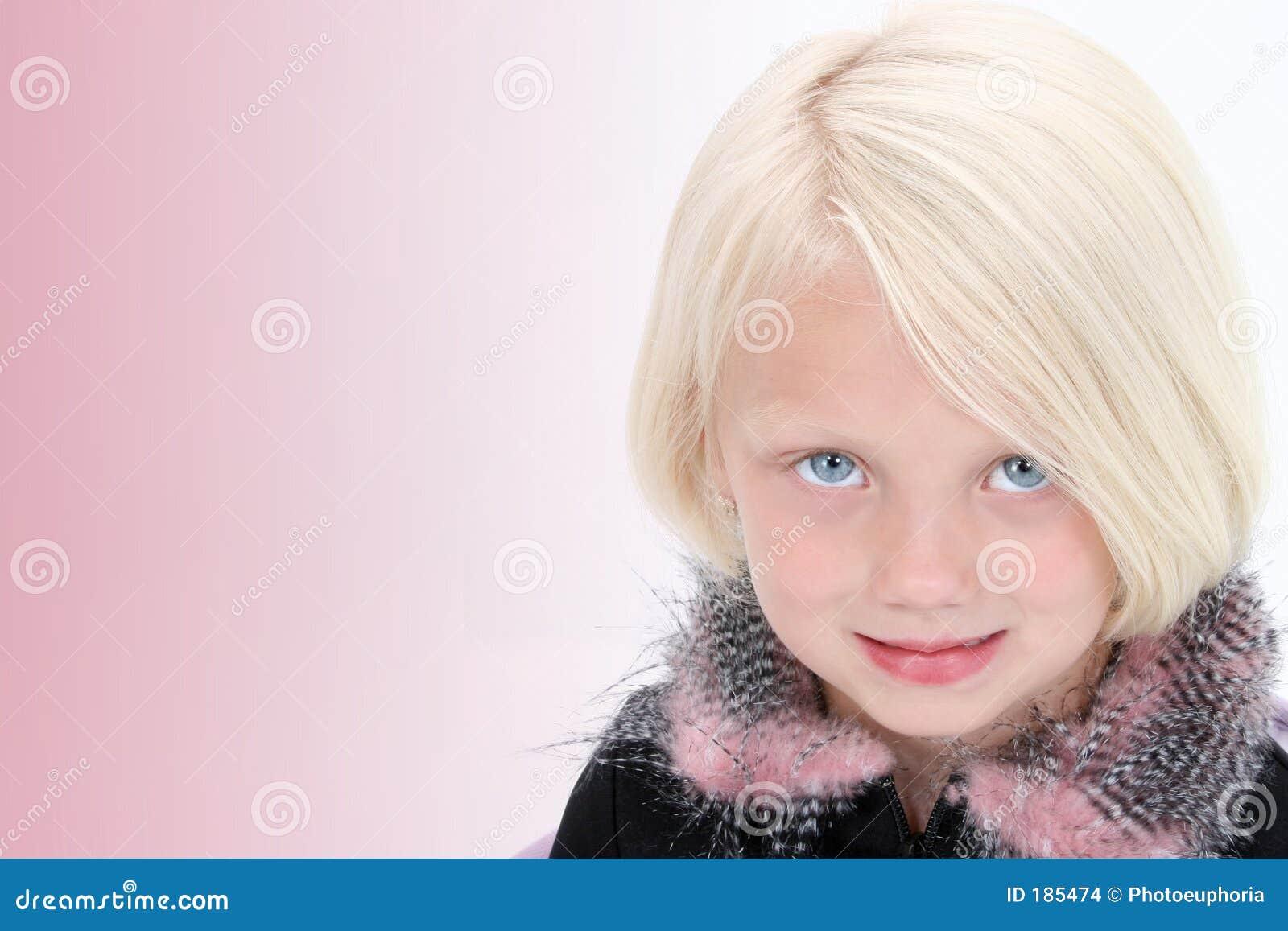 Pequeña mujer de negocios hermosa en juego negro con las plumas rosadas