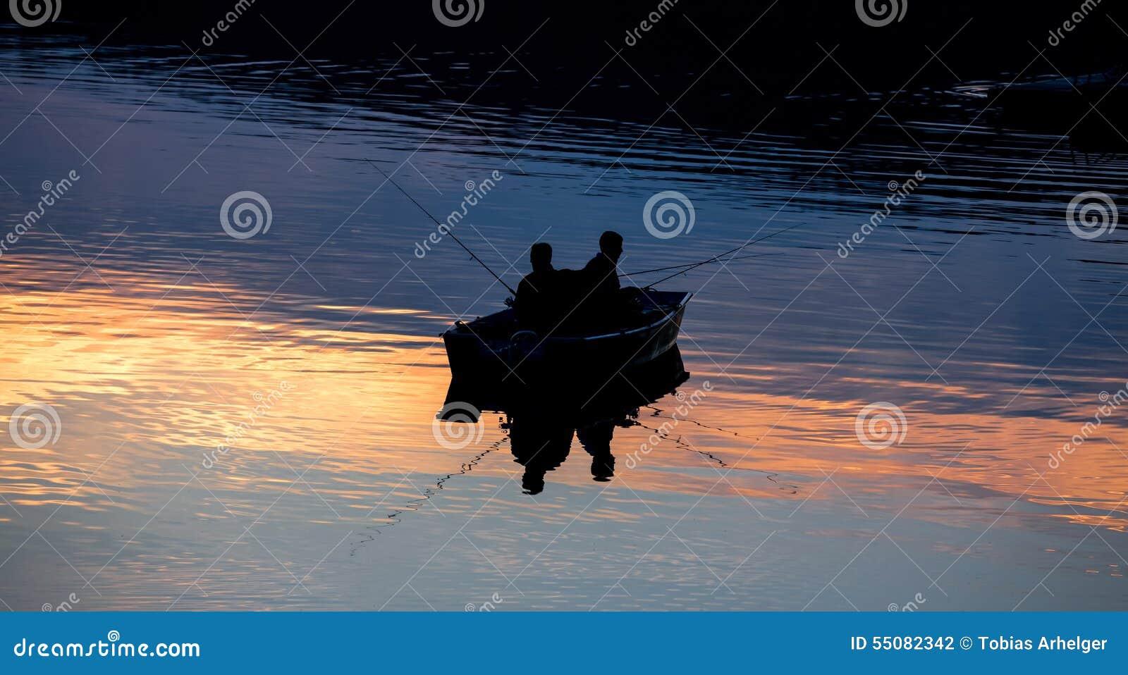 Pequeña nave de los pescadores en un lago del ocaso