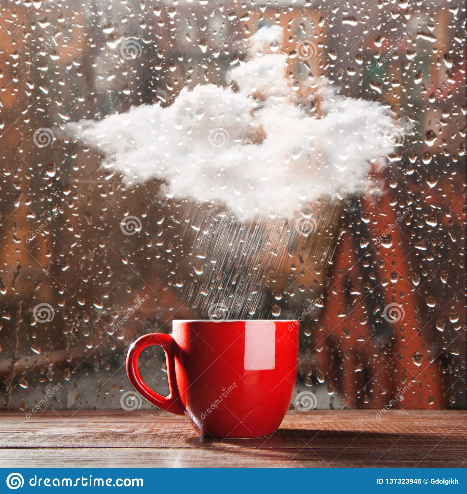 Pequeña nube que llueve en una taza