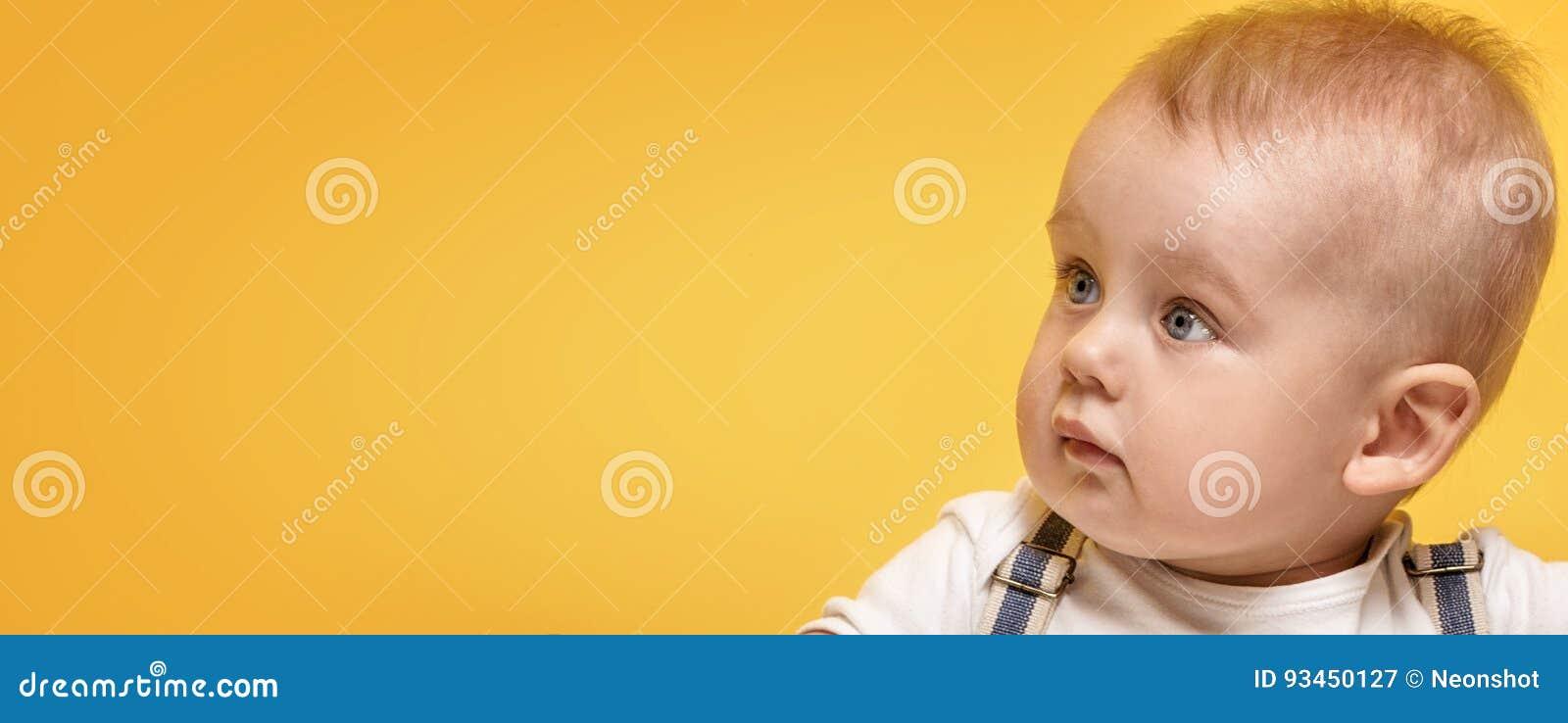 Pequeña presentación adorable del bebé