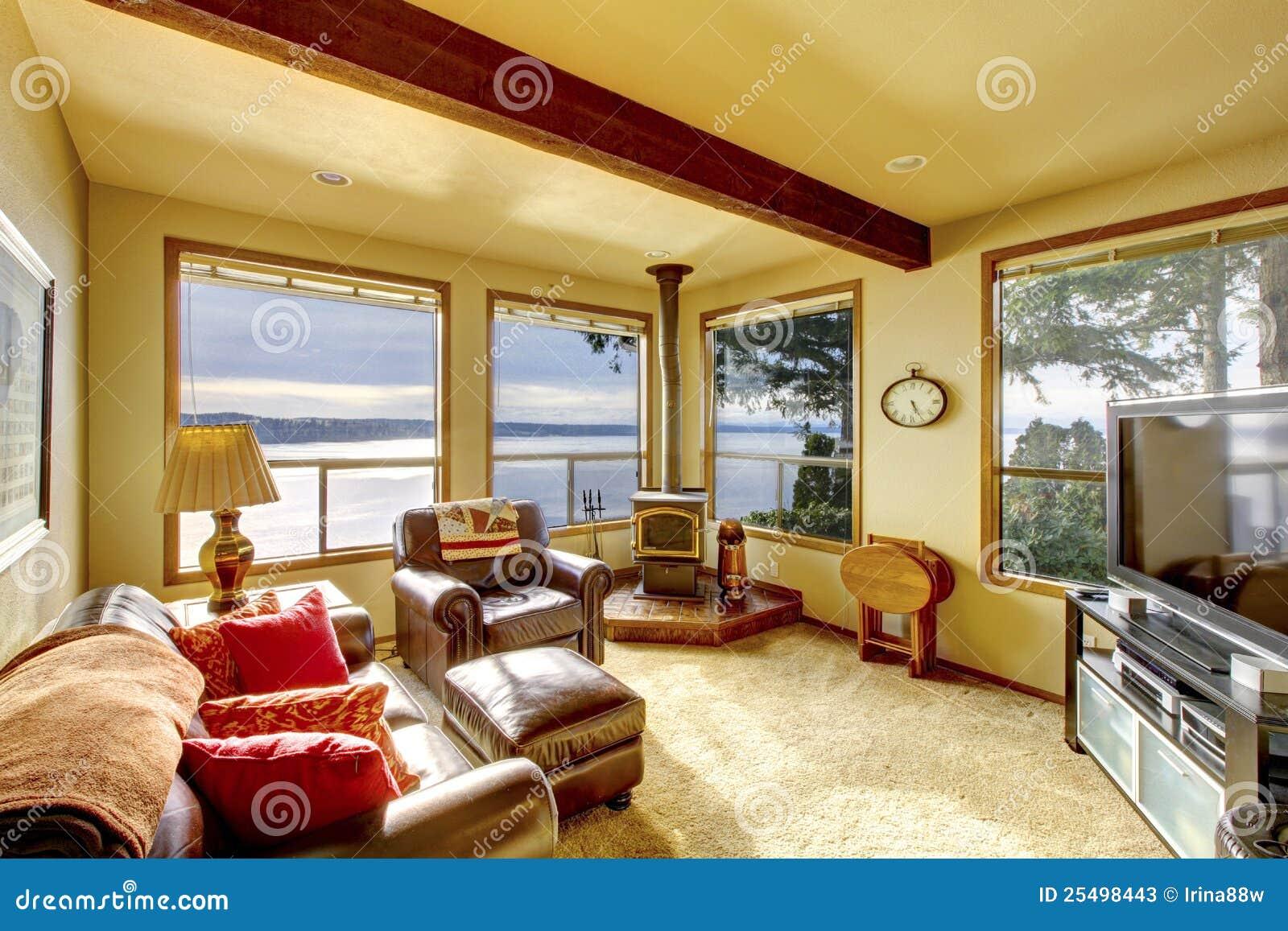 Peque a sala de estar acogedora con la tv y las sillas de for Sala de estar con tv