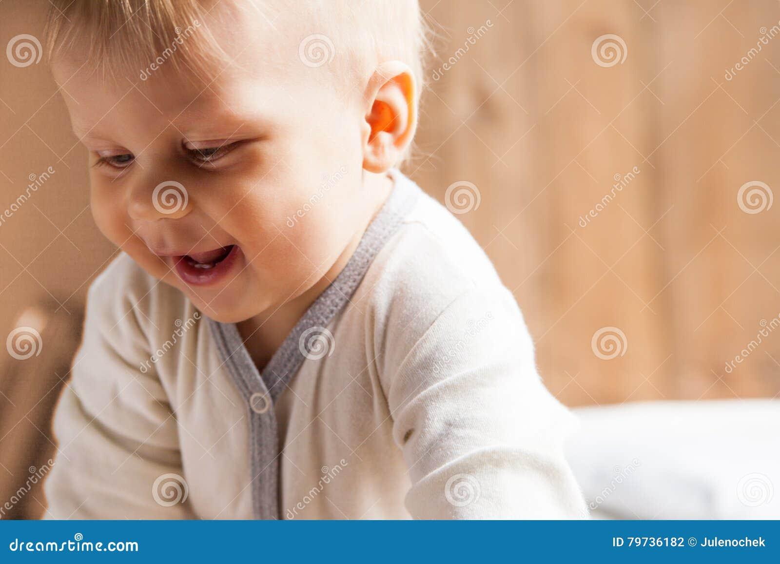 Pequeña sonrisa del niño