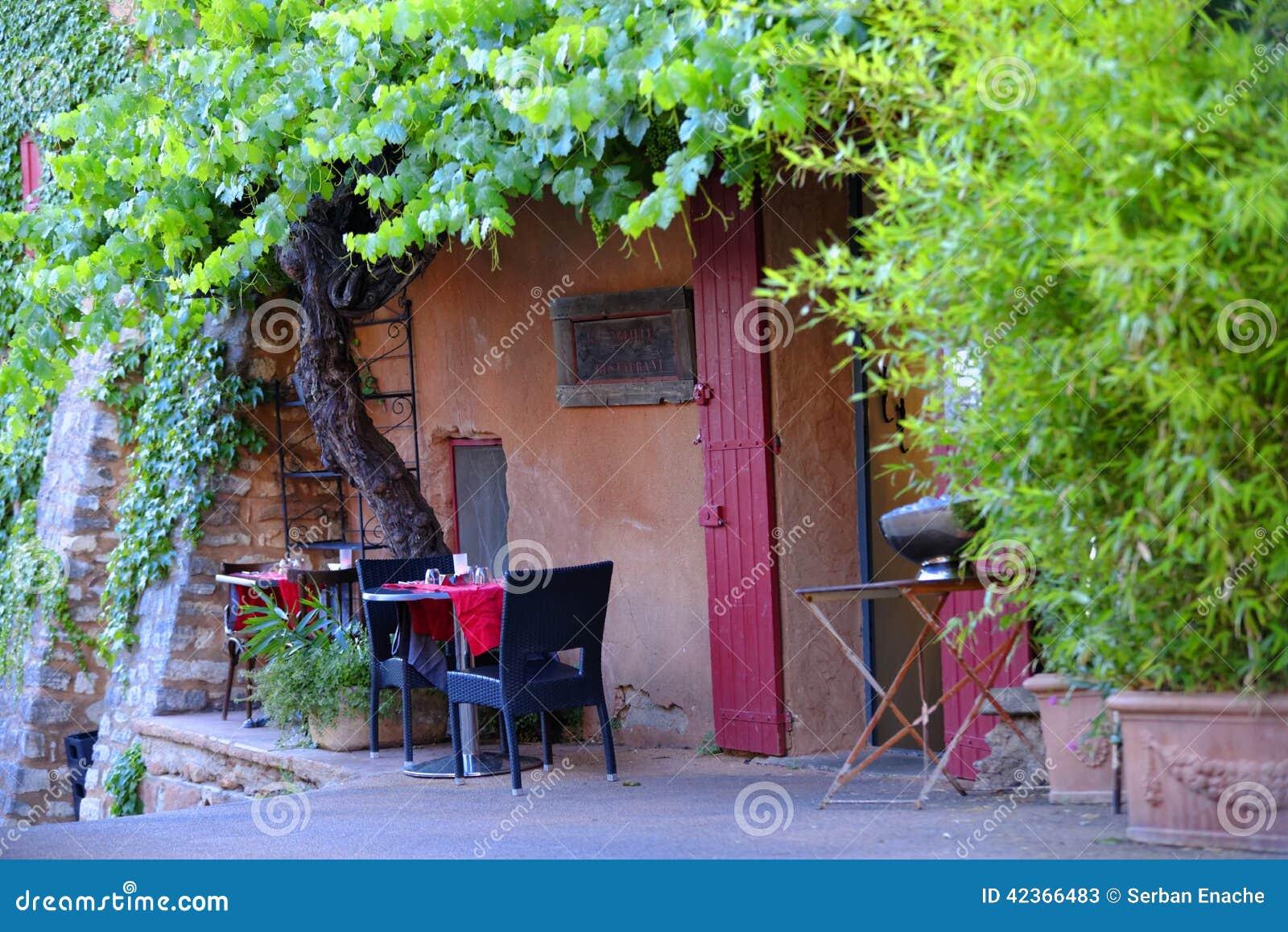Pequeña terraza al aire libre rústica del restaurante