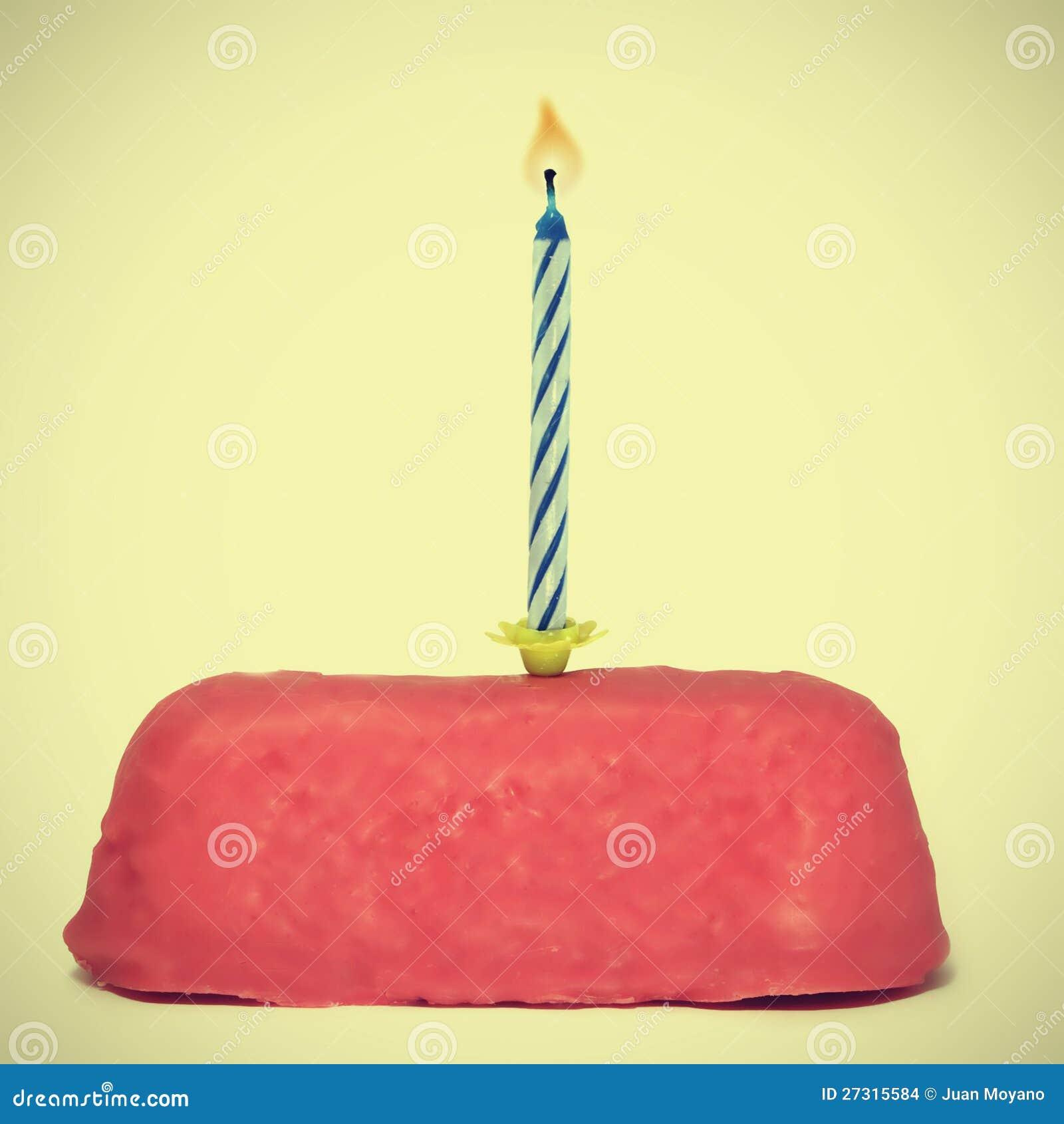 Pequeña torta de cumpleaños con la vela