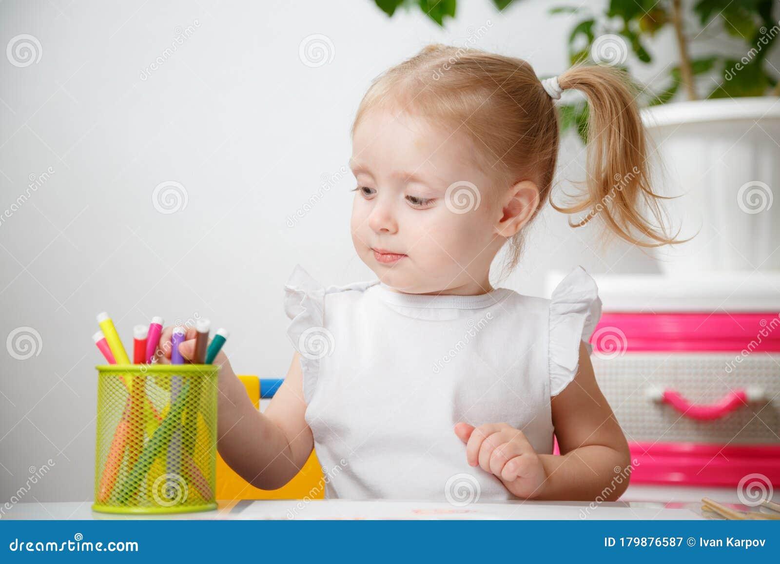 Pequeña Y Cuidadosa Niña De 3 Años En Camisa Blanca Y Las Picas Caras Dibujan Con Marcadores En Casa Imagen De Archivo Imagen De Vector Marker 179876587