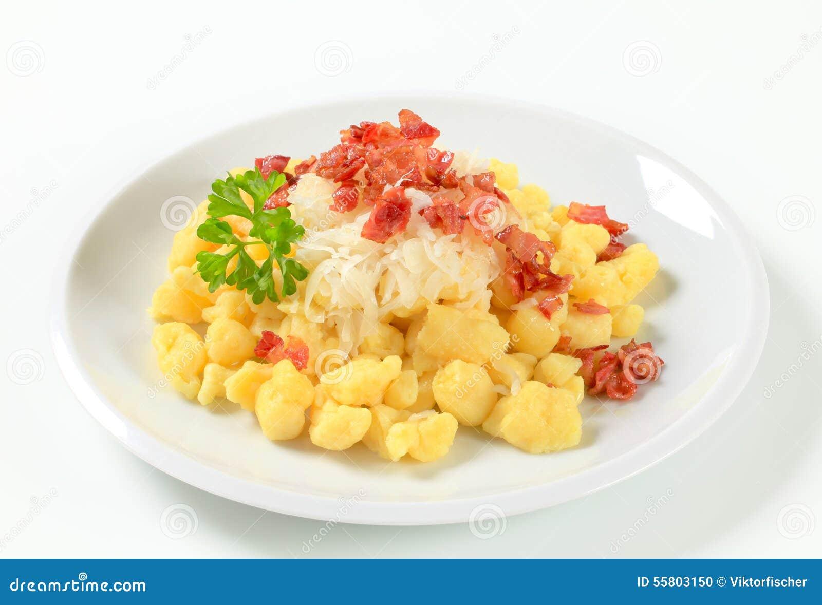 Pequeñas bolas de masa hervida de la patata con tocino y col