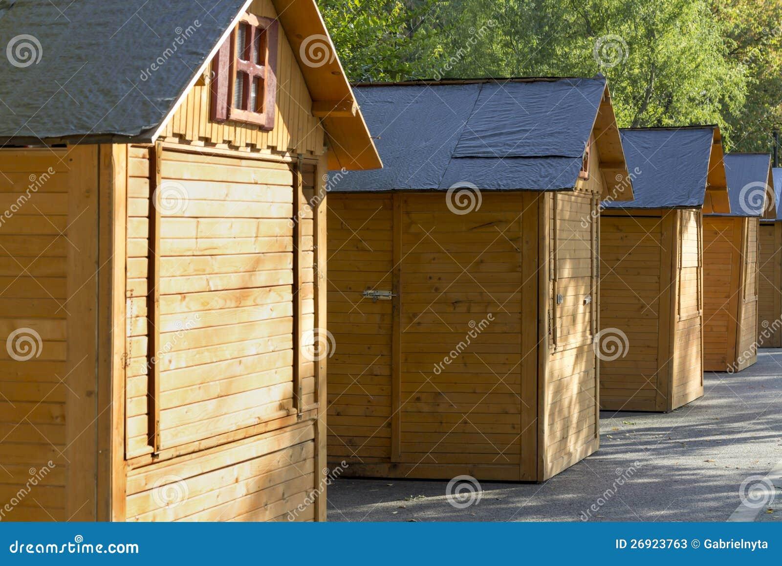 Peque as casas de madera fotos de archivo imagen 26923763 - Casa pequena de madera ...