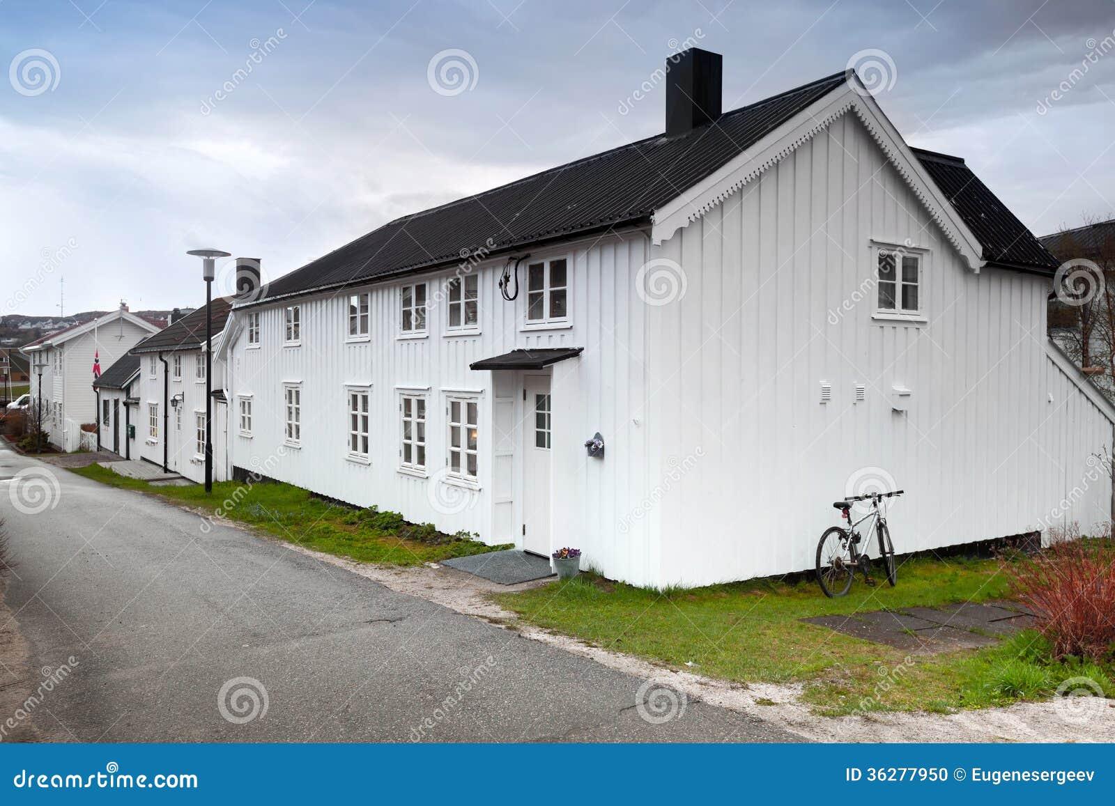 Peque as casas de madera blancas en noruega foto de - Casas de madera blancas ...