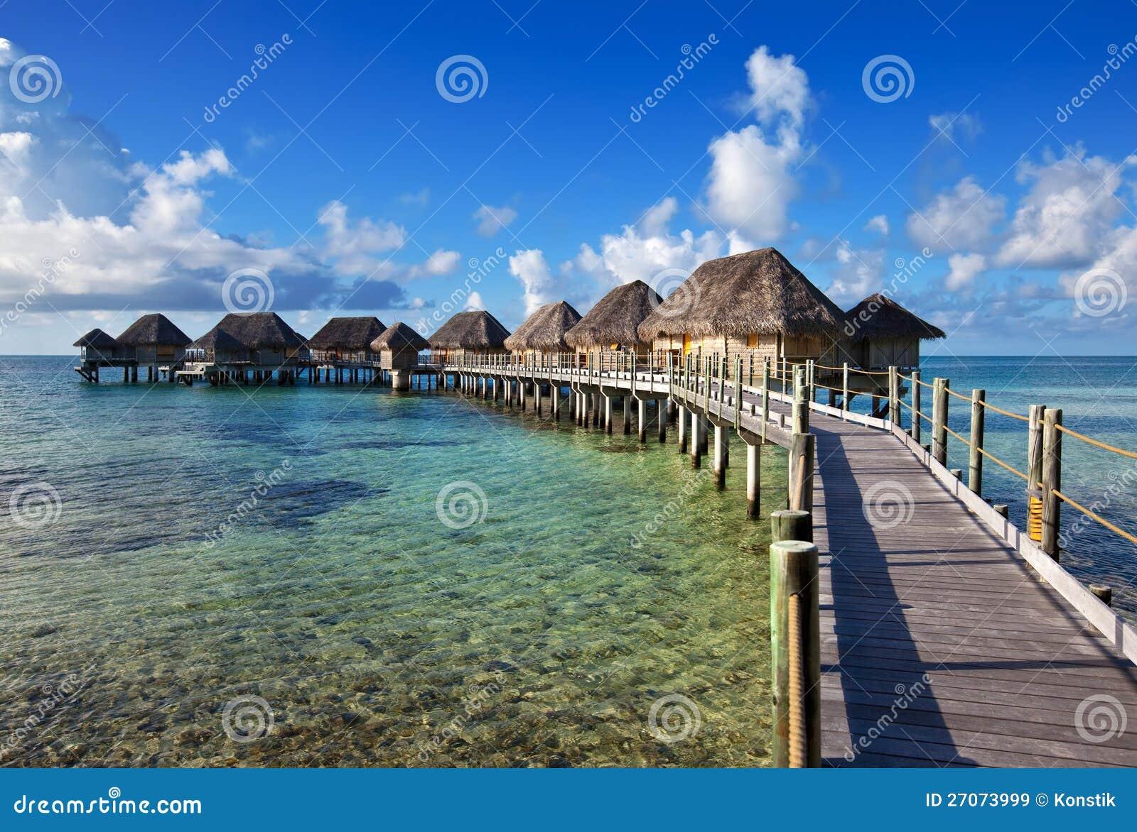 Peque as casas sobre el mar mar tropical un paisaje - Casas en el mar ...
