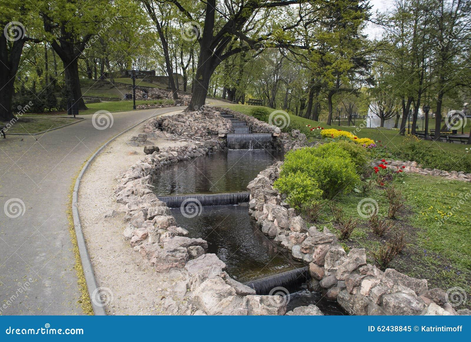 pequeas cascadas artificiales en el parque de la colina del bastin - Cascadas Artificiales