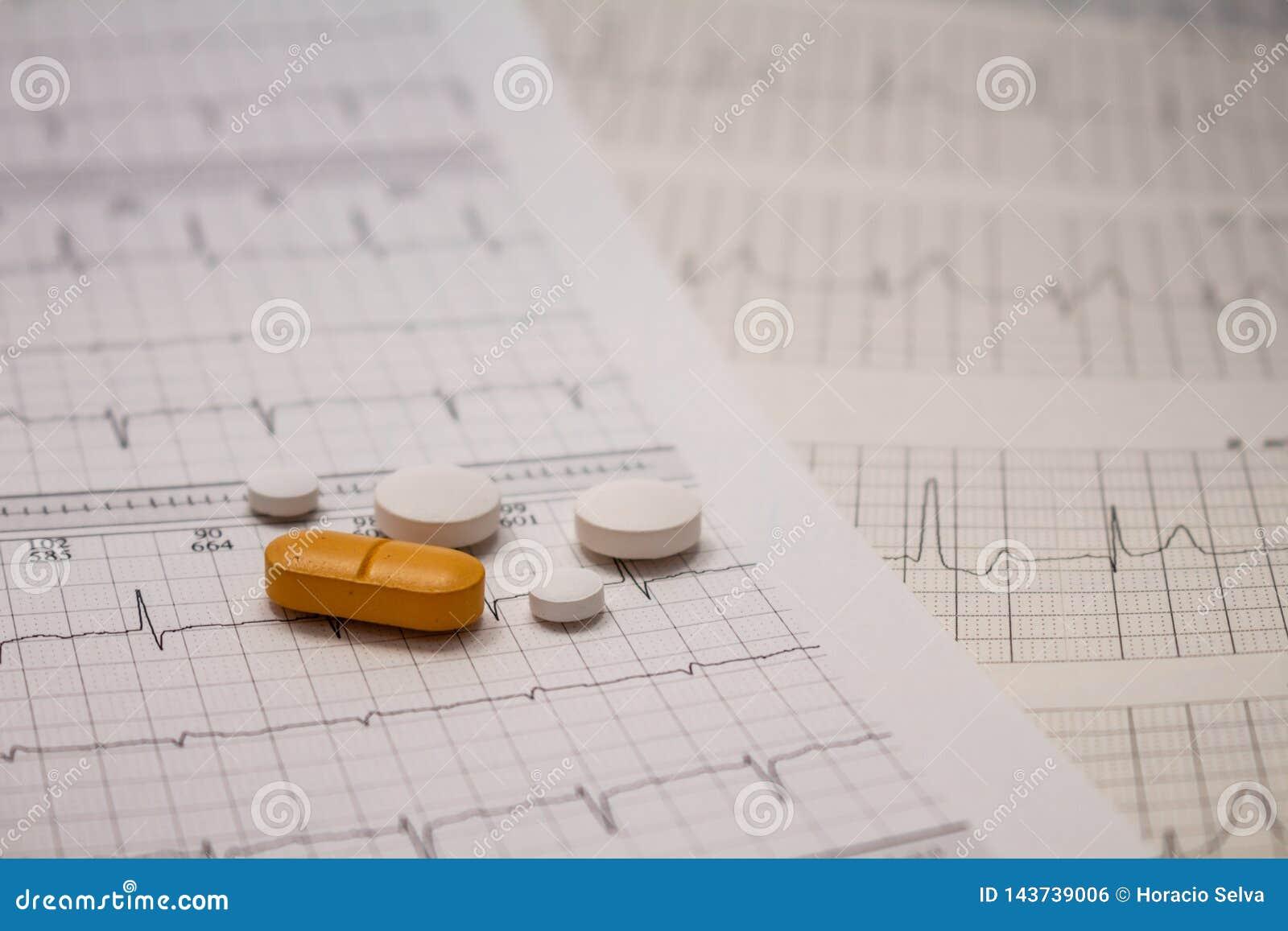 Pequeñas drogas para el uso legal en tiras de electrocardiogramas
