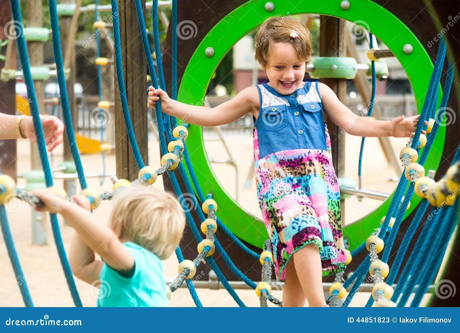 Pequeñas hermanas en el patio en parque