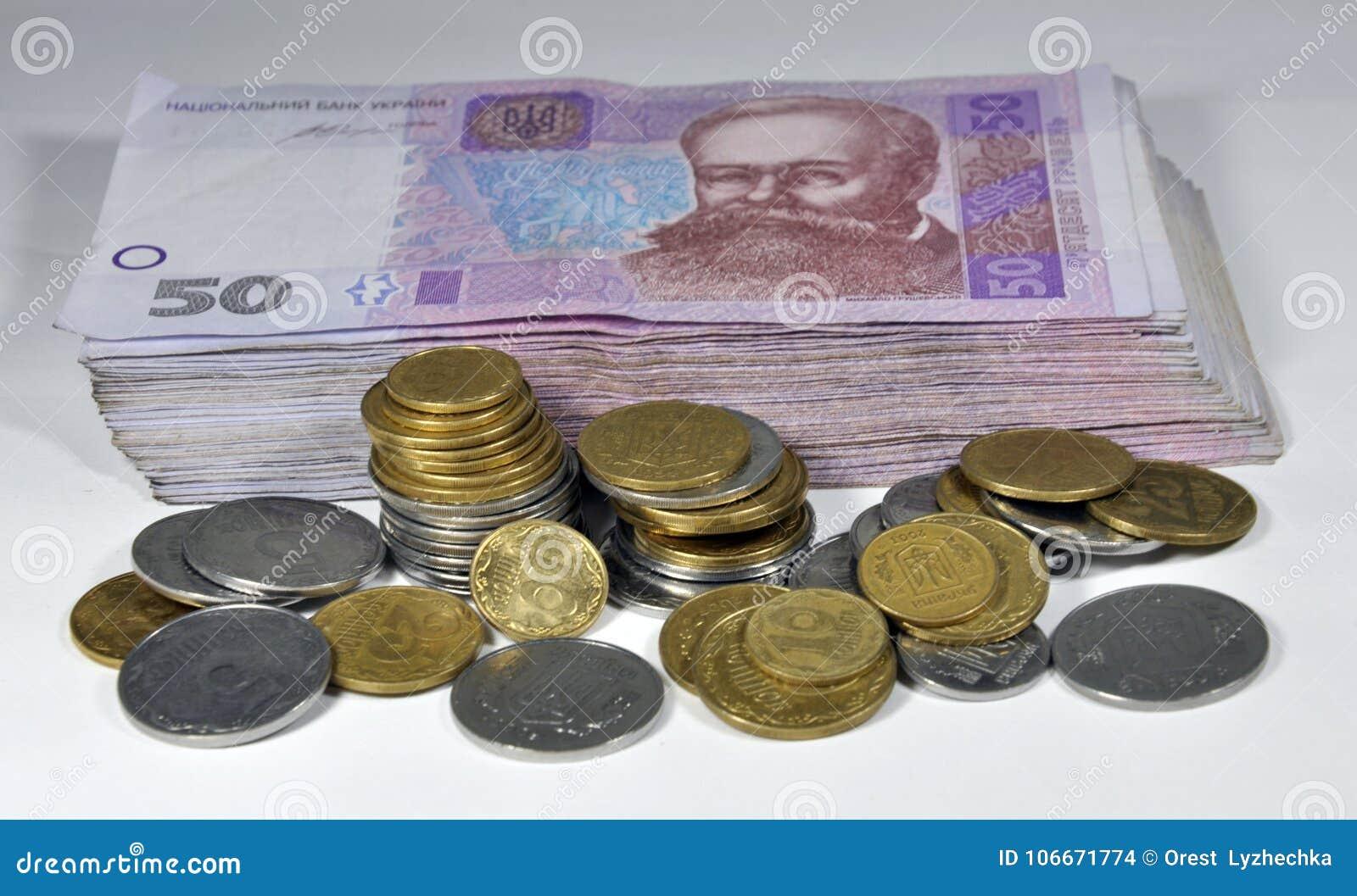 Pequeñas monedas ucranianas y billetes