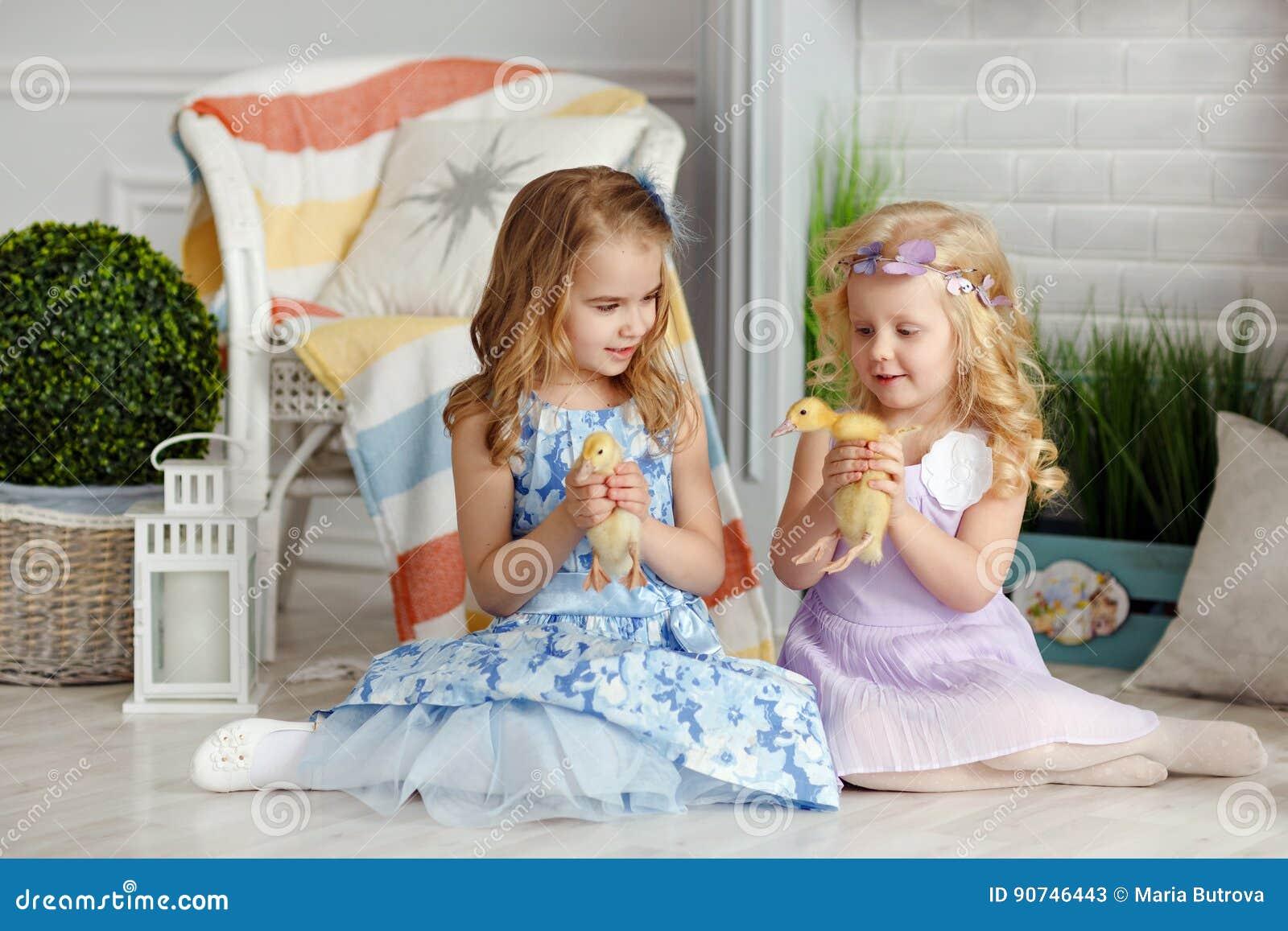Pequeñas niñas hermosas que detienen a hermanas en las manos del du