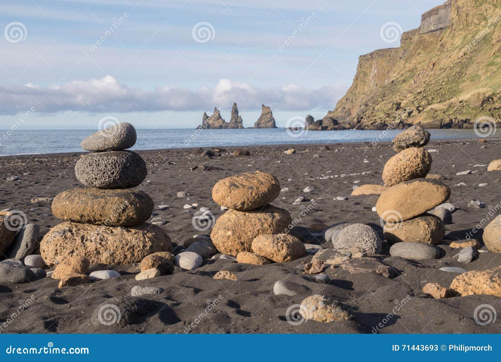 Pequeñas rocas volcánicas delante de Reynisdrangar, Islandia