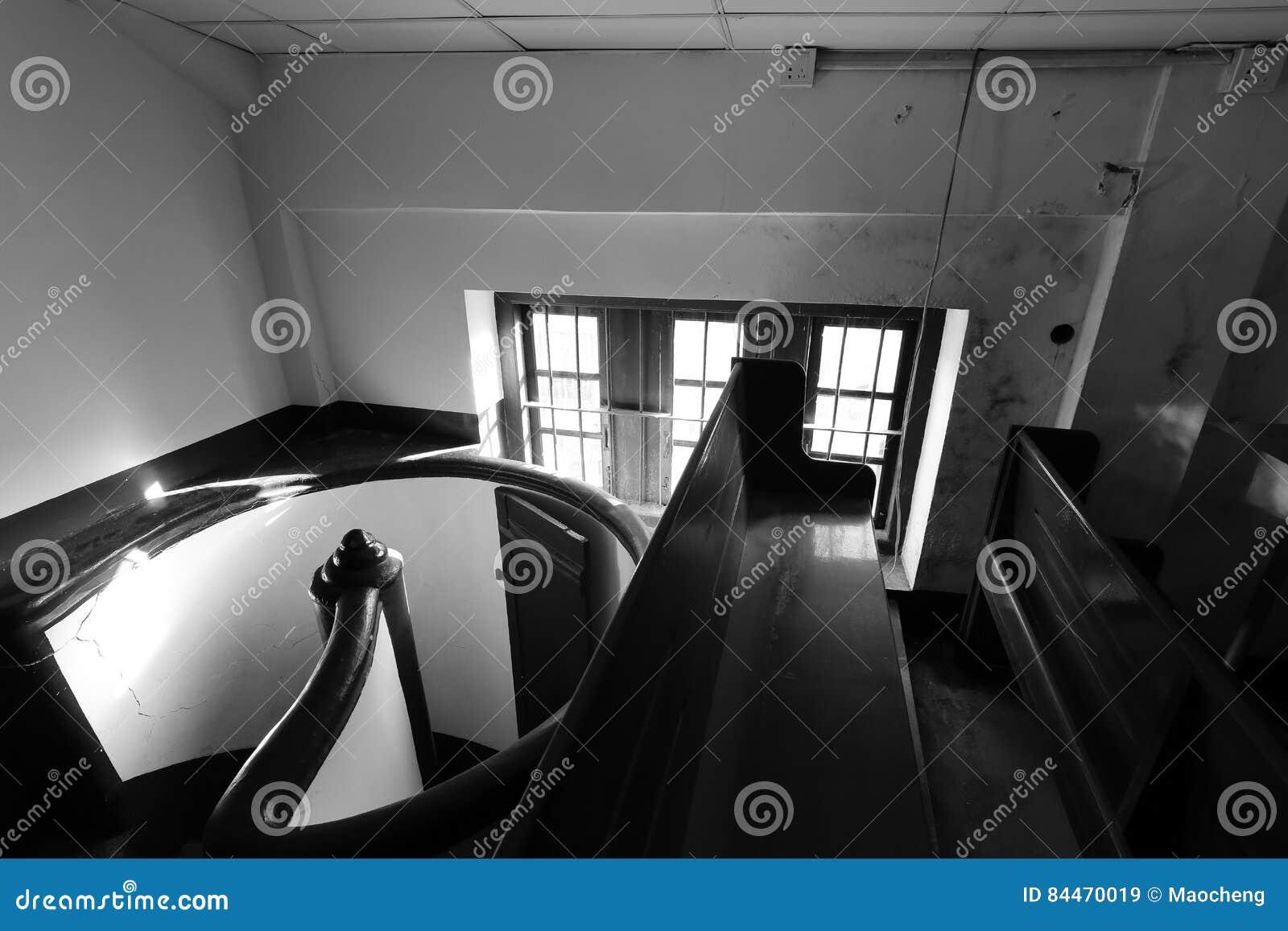 Pequeño ático del estilo europeo con imagen blanco y negro giratoria de las escaleras