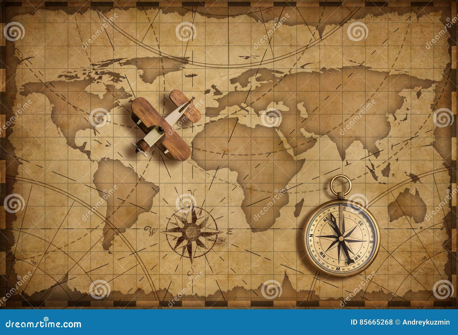 Pequeño aeroplano de madera sobre mapa náutico del mundo como concepto del viaje y de la comunicación