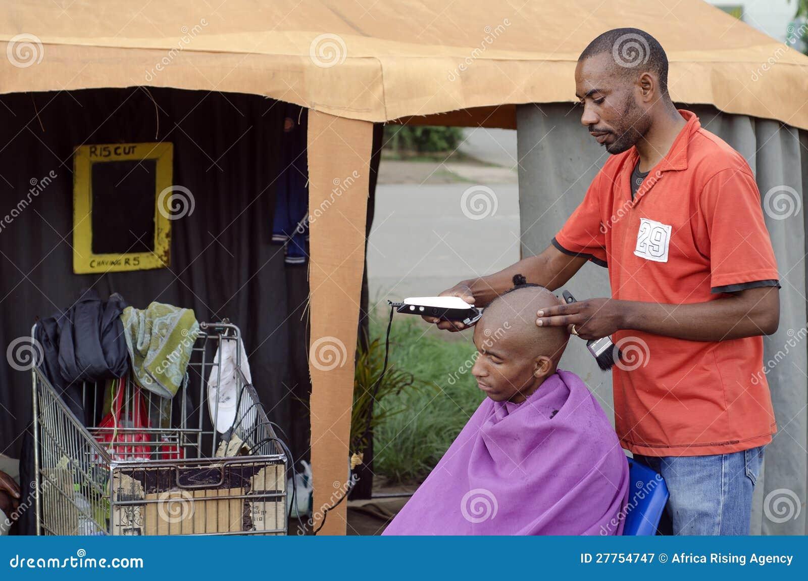 Pequeño asunto africano del peluquero del corte de pelo