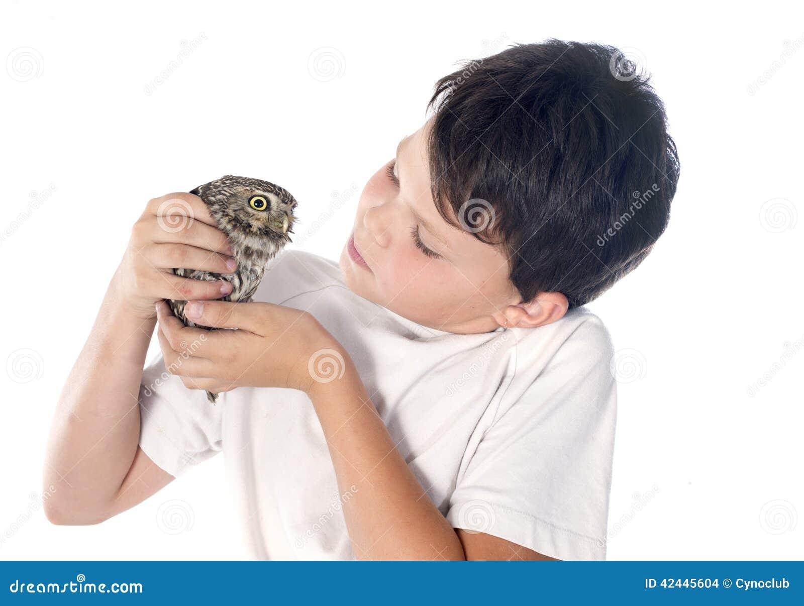 Pequeño búho y niño