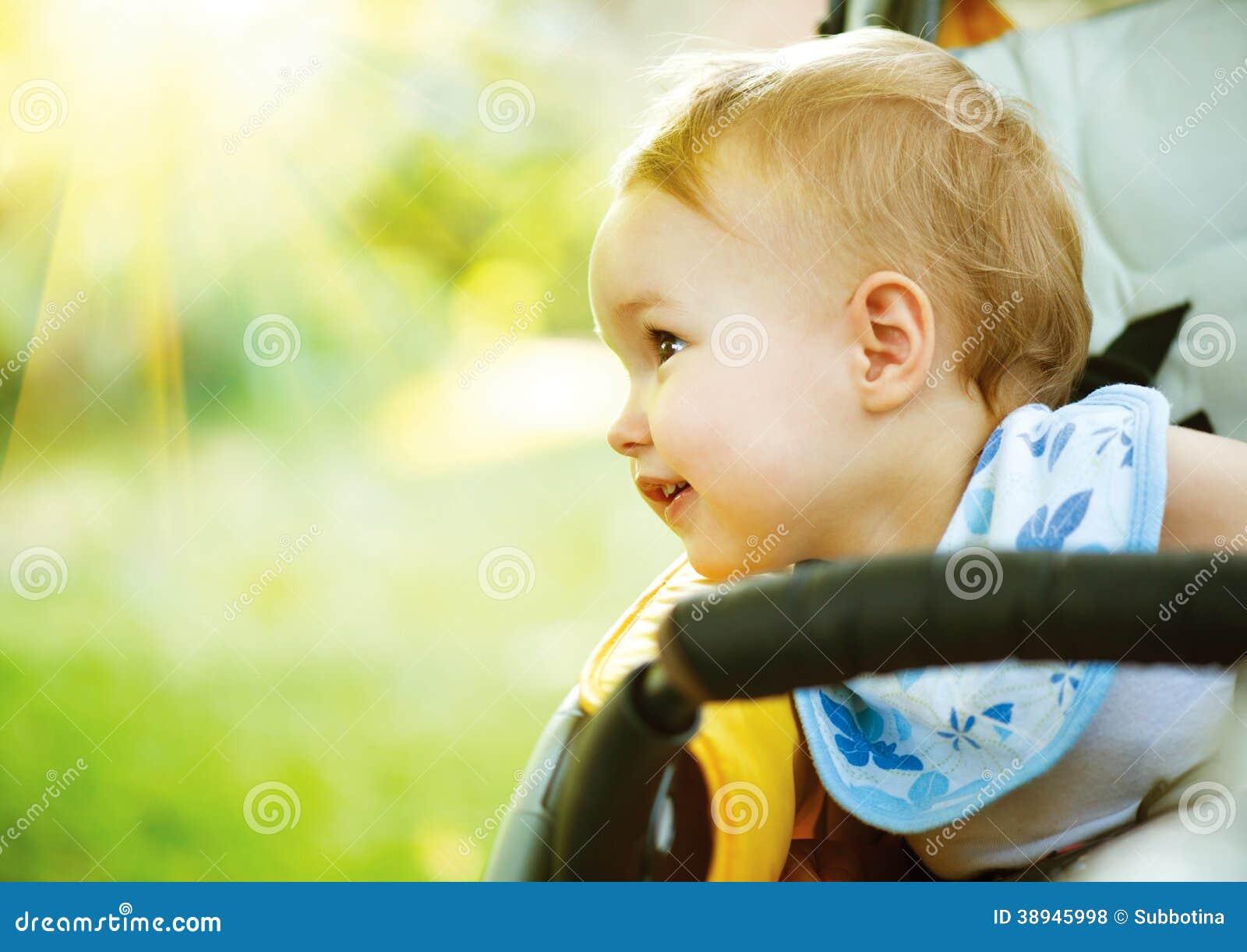 Pequeño bebé al aire libre